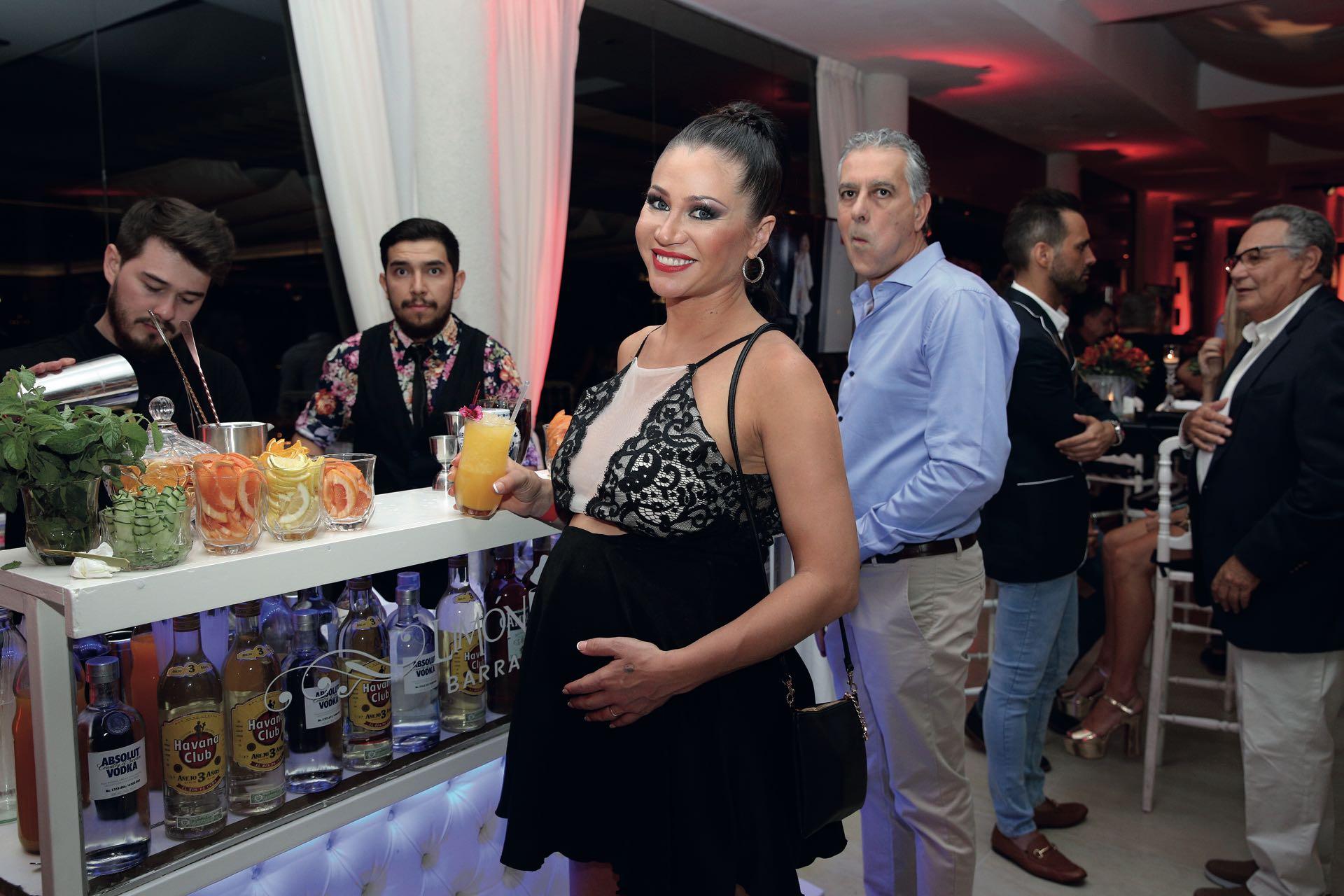 Adabel Guerrero, en la barra de tragos Limón & Menta: eligió algo tranqui. (Foto GENTE)