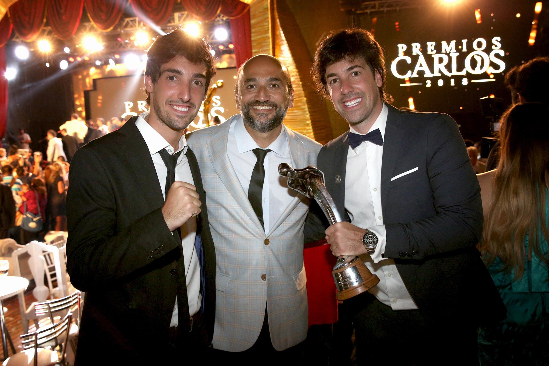 Willy Magia y Gastón Massa, ganadores de un Carlos, con el periodista Pablo Layus