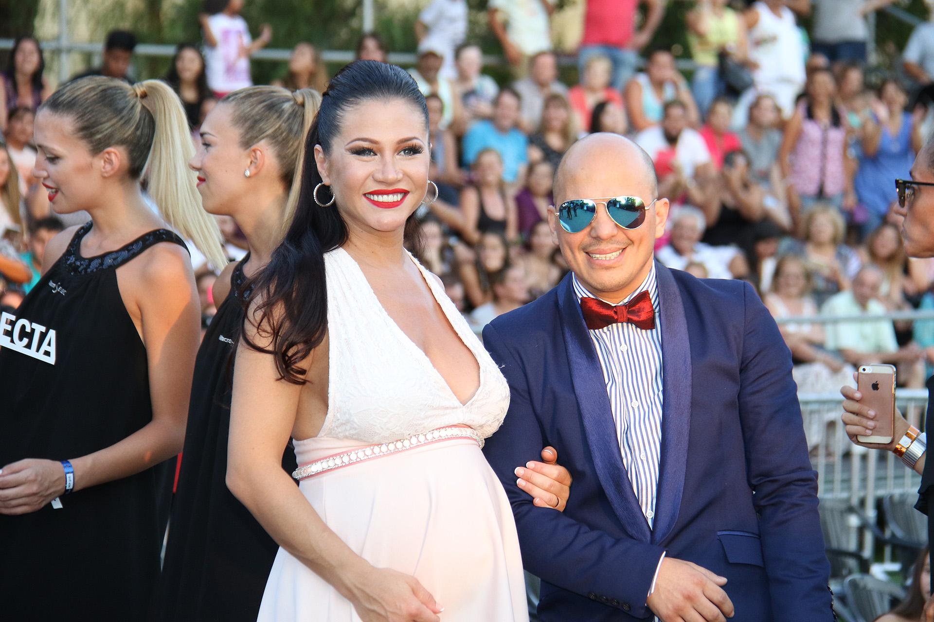 Adable Guerrero con su hija Lola en la panza y Ángel Carabajal