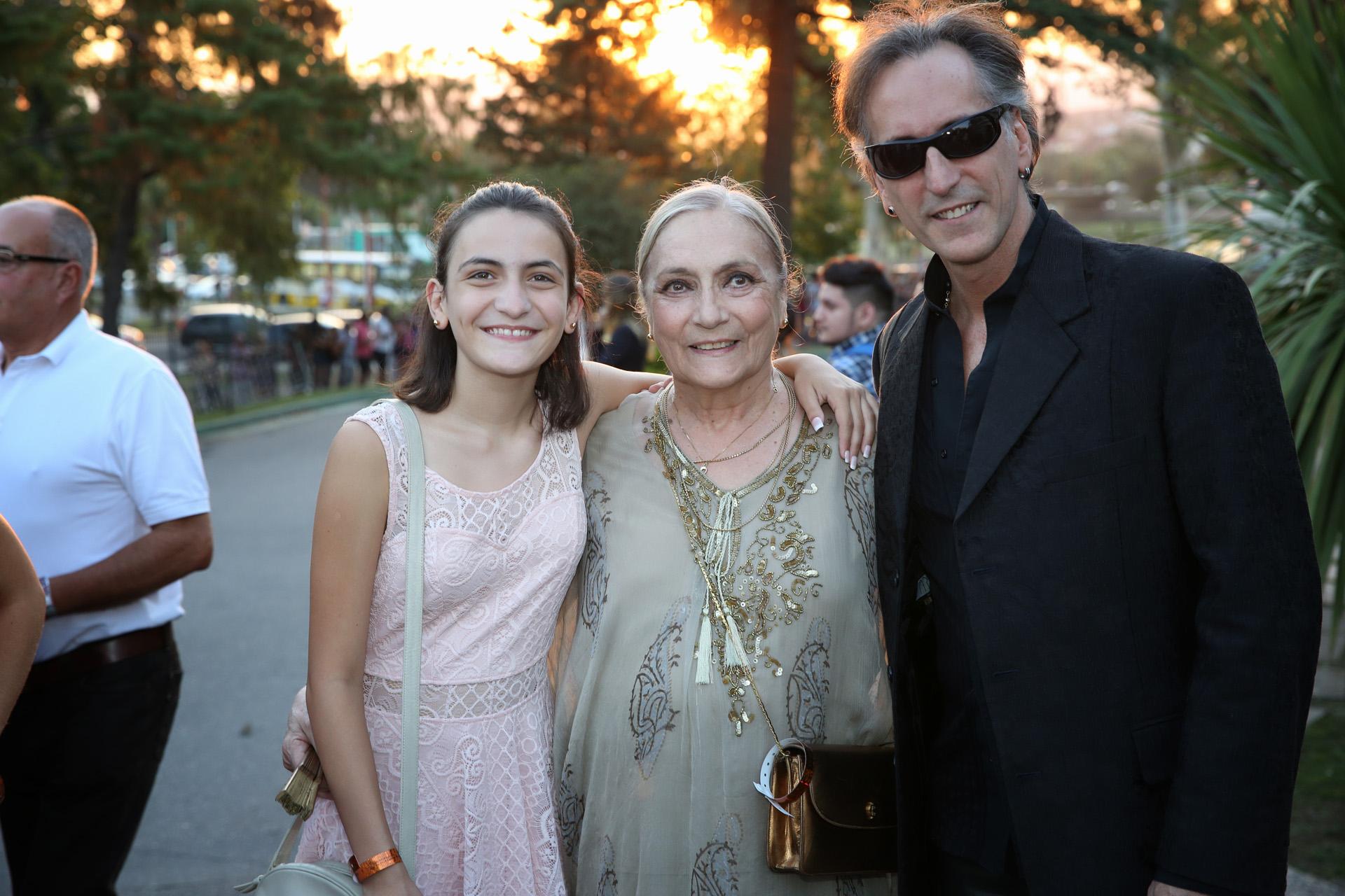 El mago Emanuel con su mamá, Dora Baret y su hija