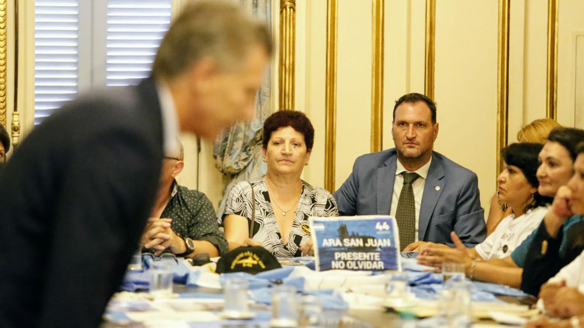 Mauricio Macri sentando junto a los familiares (Nicolás Aboaf)