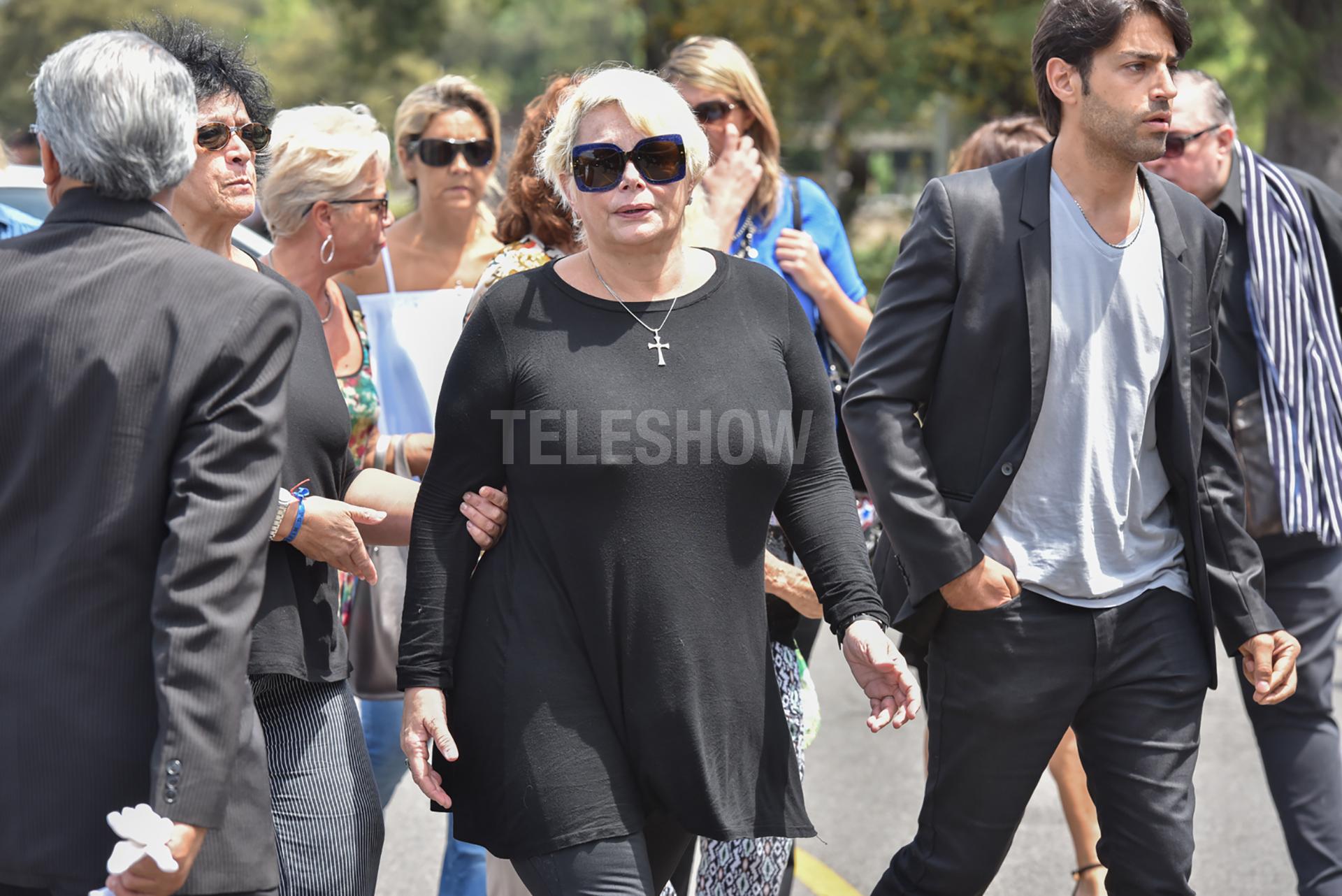 Carmen Barbieri llega al Cementerio de La Chacarita pasado el mediodía de este martes para despedir a su mamá, Ana Caputo; a su lado, el actor Alejandro Cupito (Guillermo Llamos)