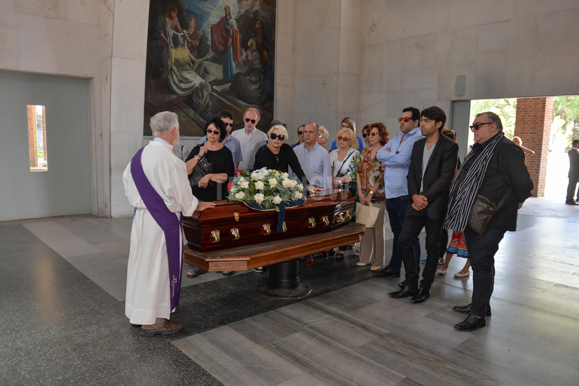 Un cura ofrece el responso en una ceremonia íntima a la que asistieron muy pocos famosos; tampoco estuvo Federico Bal, el nieto de Ana