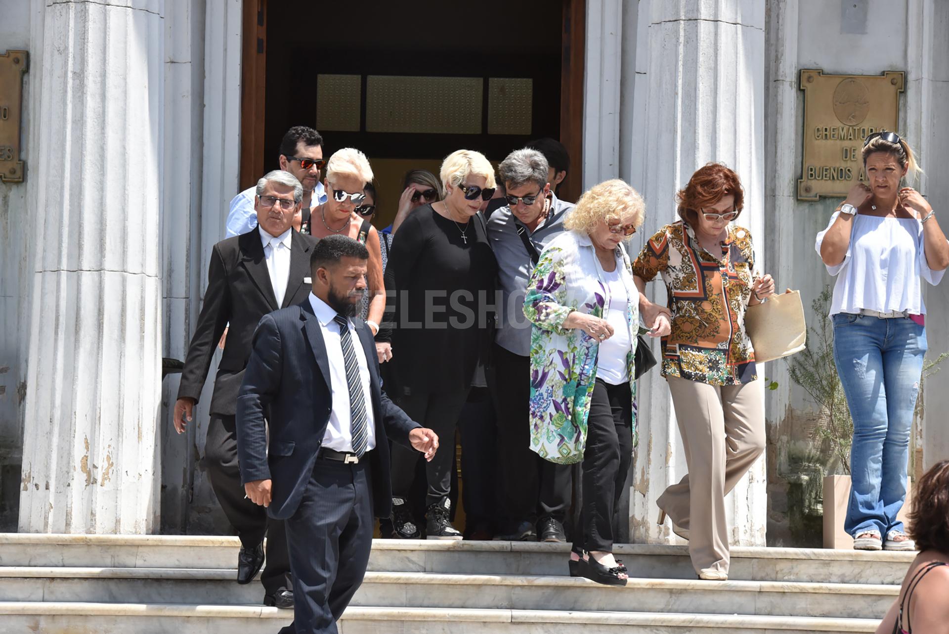 Junto a un Beto César que siempre se mantuvo cerca, Carmen sale del crematorio