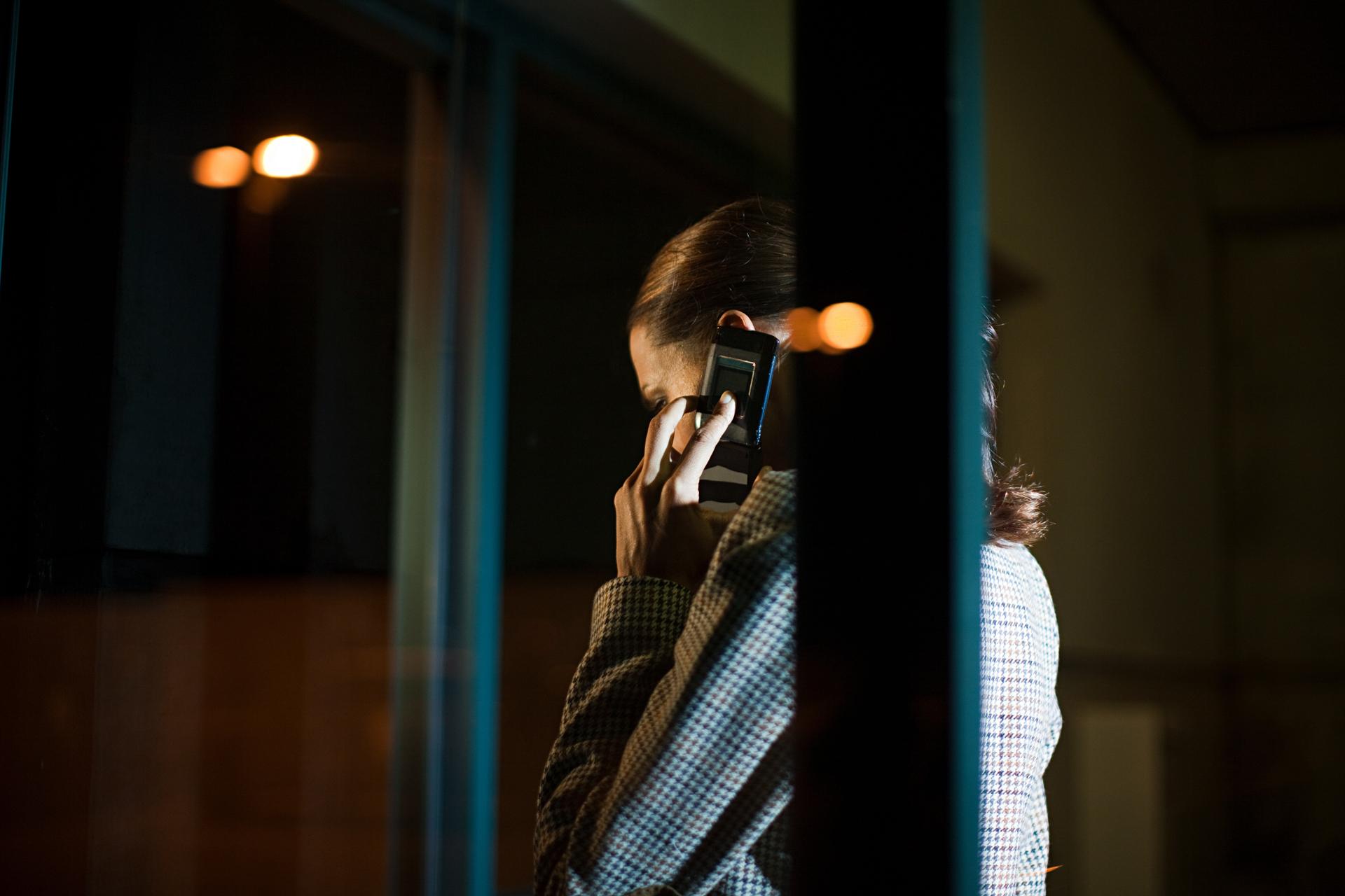 Aparecen las conversaciones privadas por teléfono y suelen estar más pendientes del celular (Getty Images)