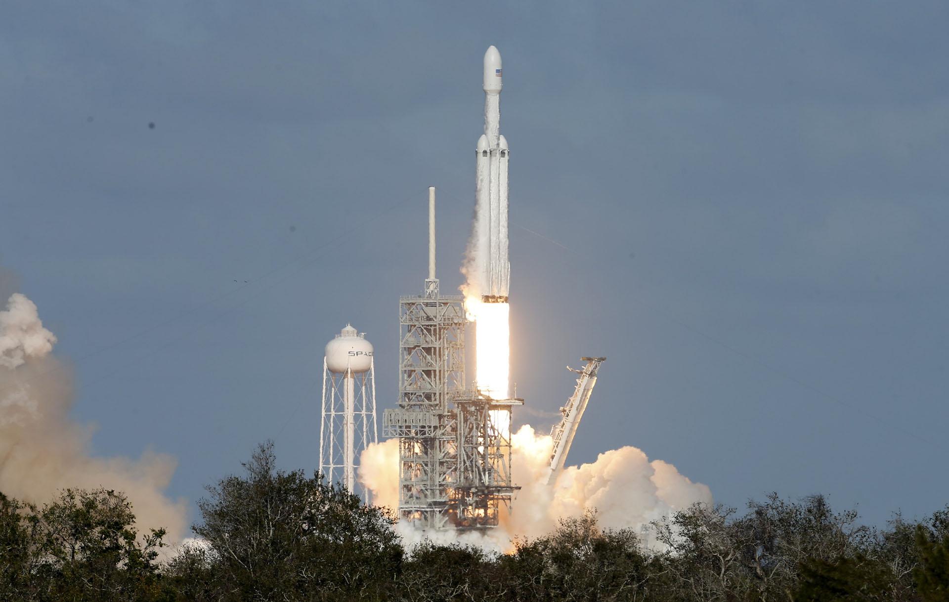 El cohete tiene 70 metros de alto e integra una estructura de tres Falcon 9