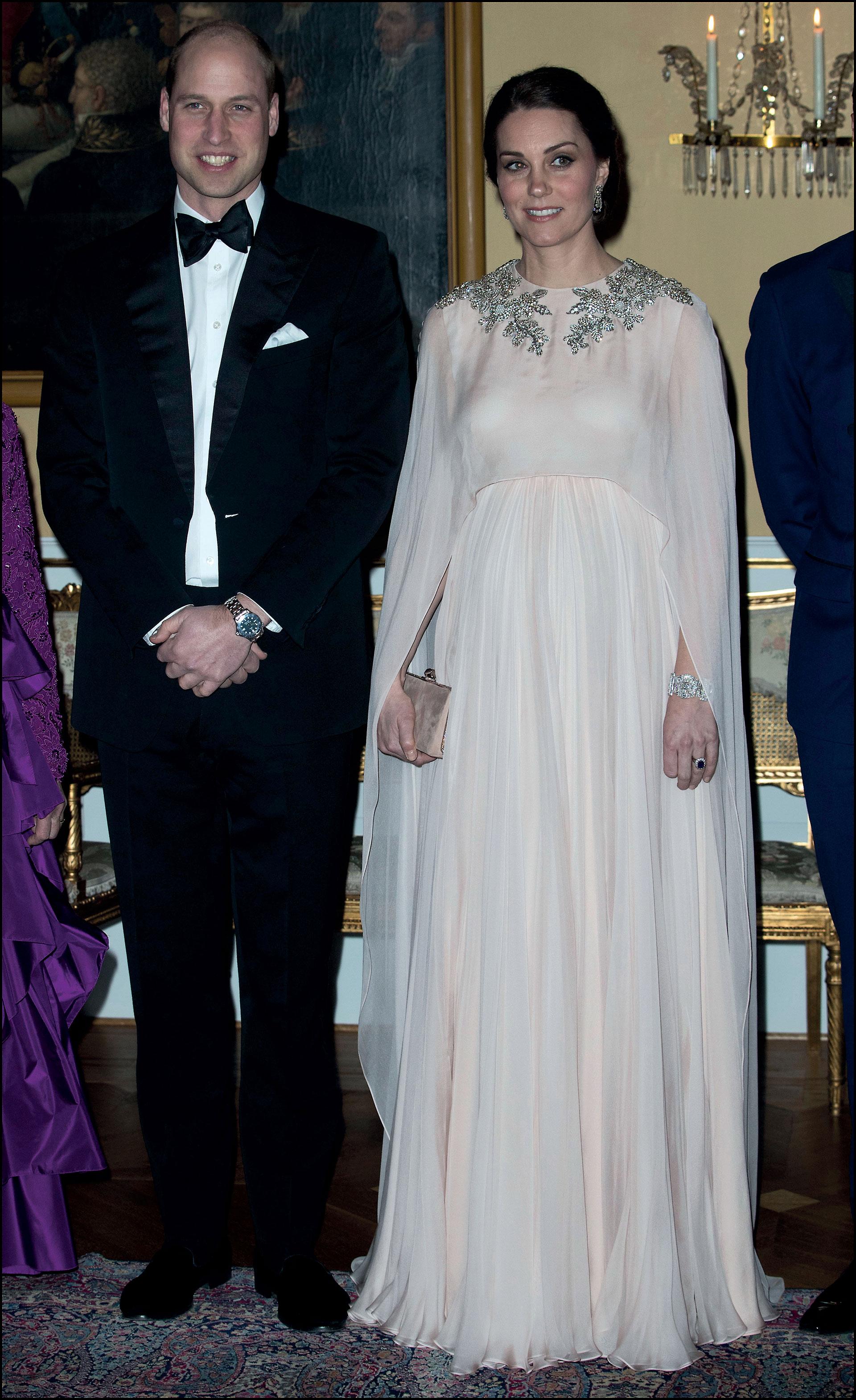 Elegante y femenina con un vestido de Alexander McQueen