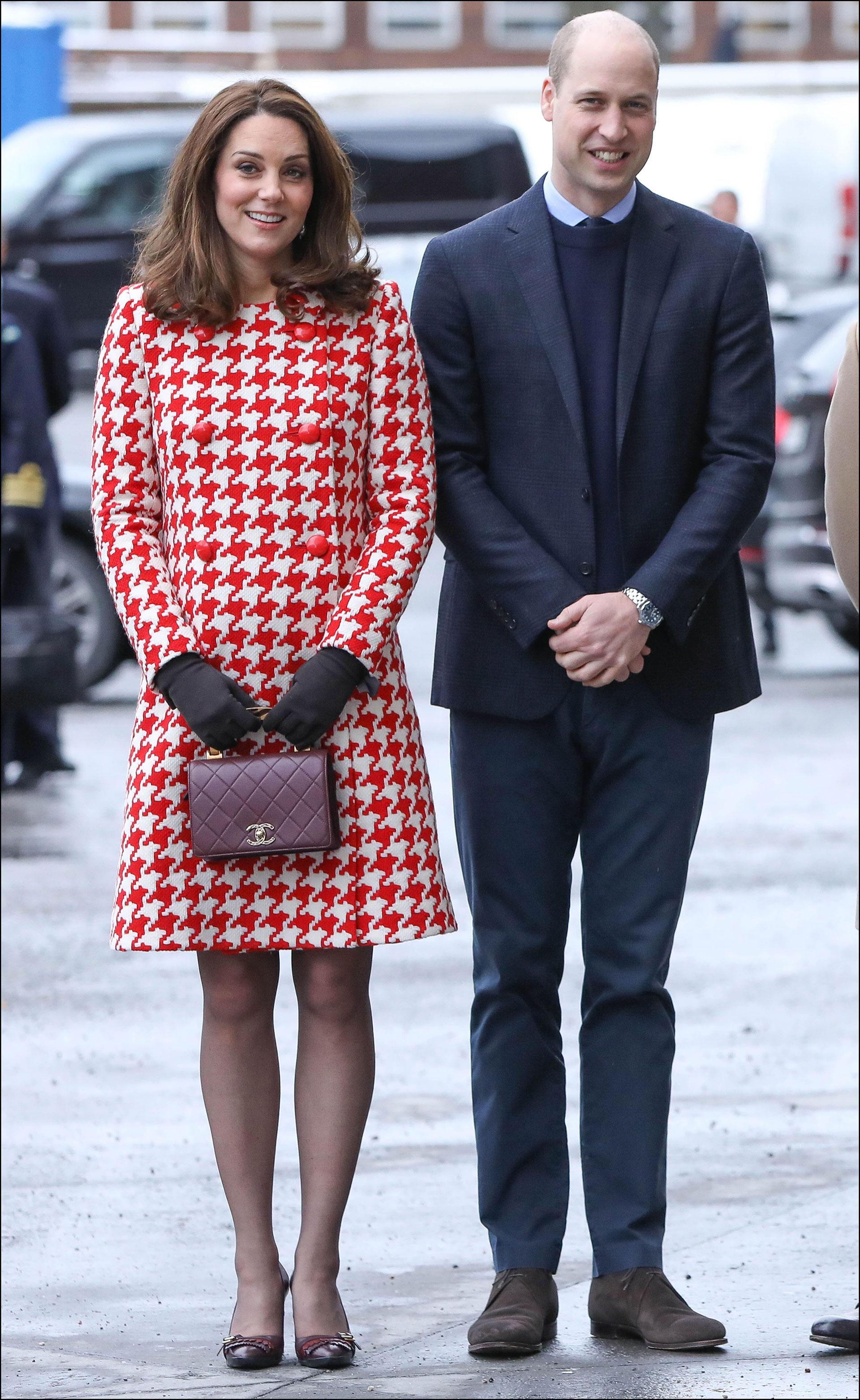 Kate Middleton con abrigo pied de Coq y cartera Chanel