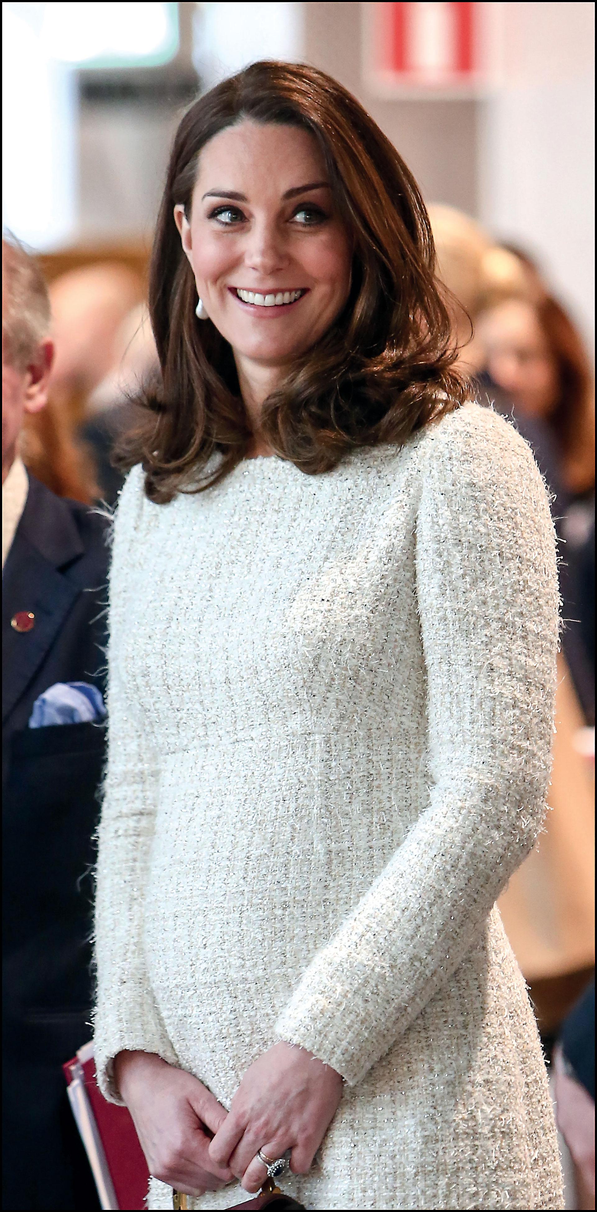Kate lució un vestido de tweed en crudo de la casa Alexander McQueen