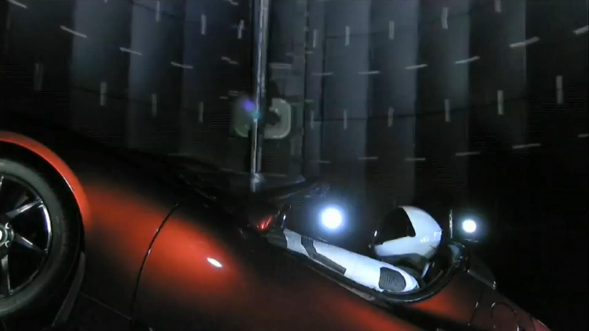 Así fue colocado el Tesla rojo en el interior del cohete Falcon Heavy de Space X para emprender un histórico trayecto