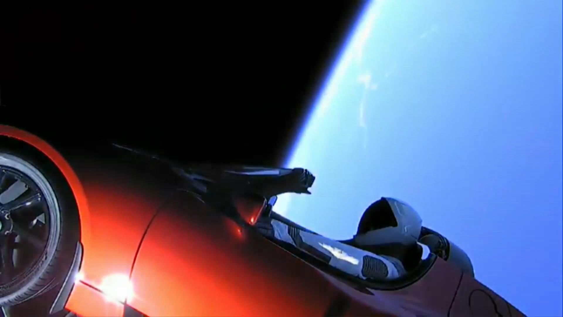 Hacia el final de la transmisión se pudo ver esta espectacular imagen del Tesla rojo con la Tierra de fondo