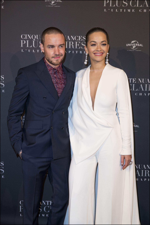 Junto a Liam Payne forman parte del soundtrack de la película. El cantante optó por un traje en tono azul noche cruzado combinado con camisade print