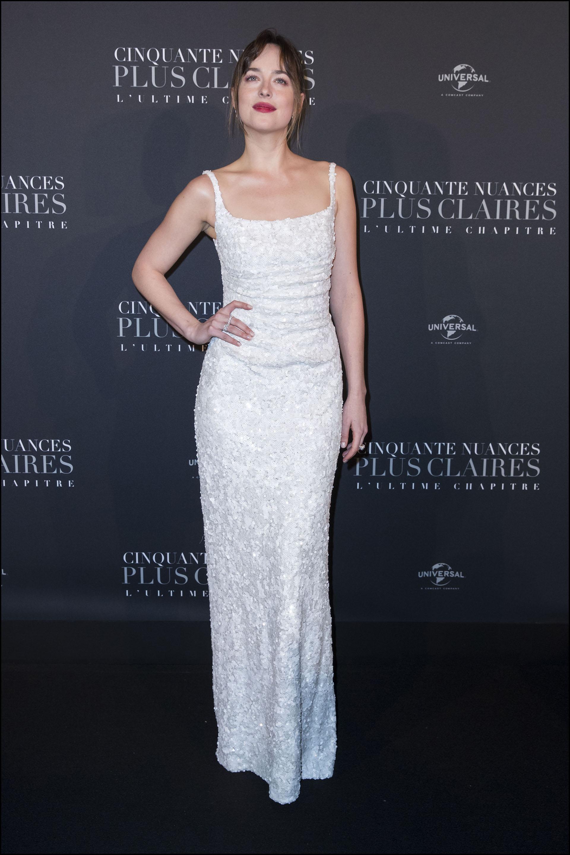 Dakota Johnson se inclinó por el total white. Un diseño clásico de lentejuelas de la firma italiana Prada. Una pieza que no requería complementos
