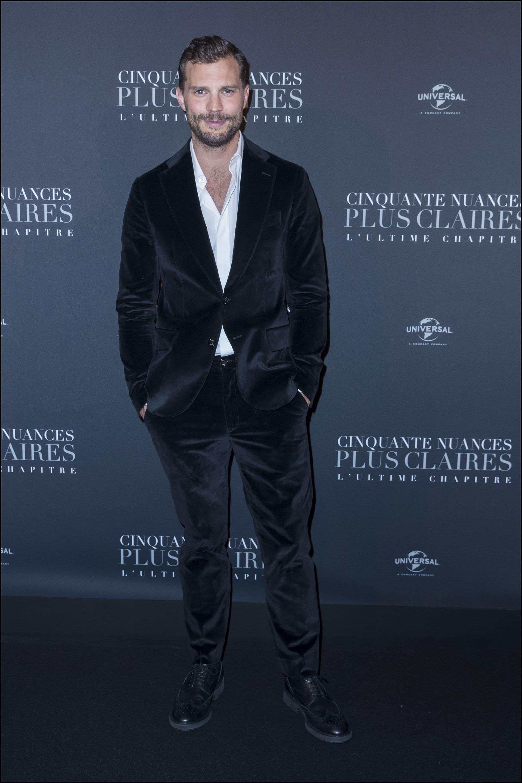 Jamie Dornan sofisticado y casual a la vez, con un traje sin corbata de terciopelo de la firma Tod's