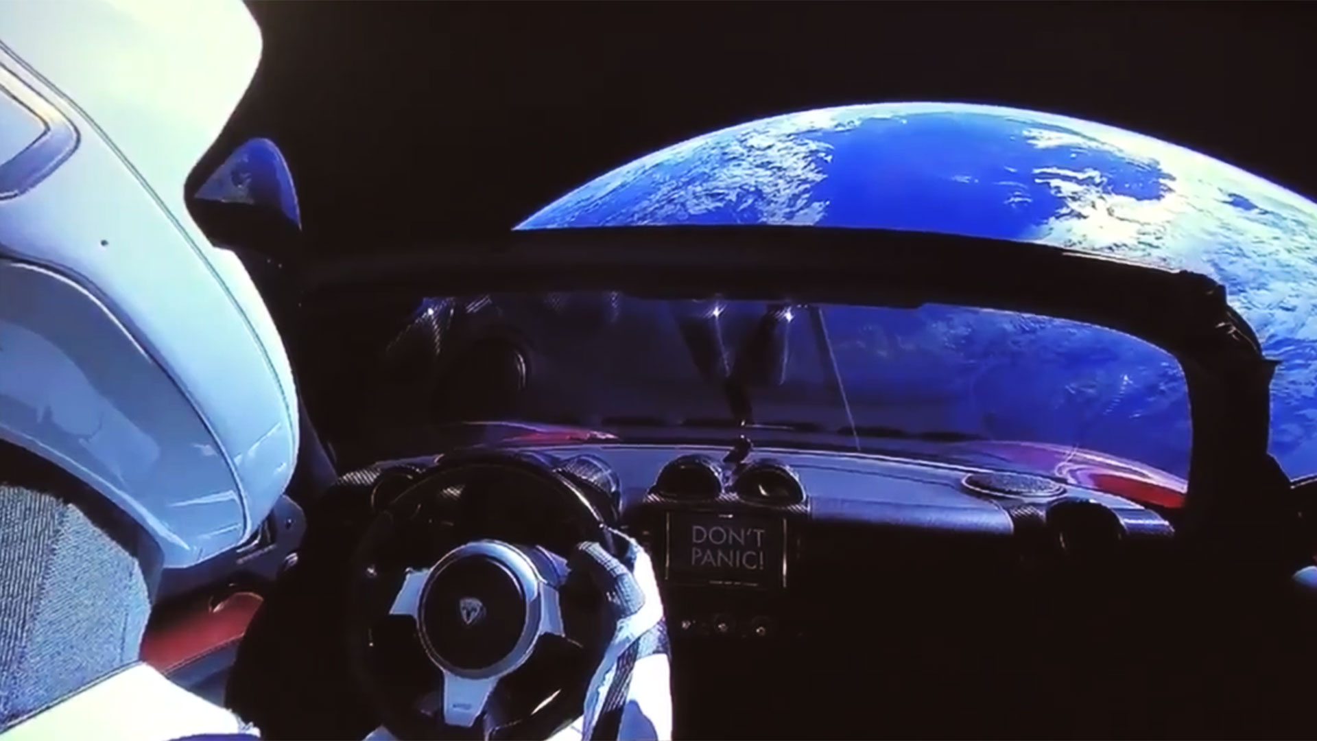 Una captura de un video que compartió Elon Musk en Twitter luego del despegue del Falcon Heavy