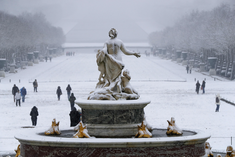 La nieve cubre la fuente Latona en el Palacio de Versailles (AFP / FRANCOIS GUILLOT)