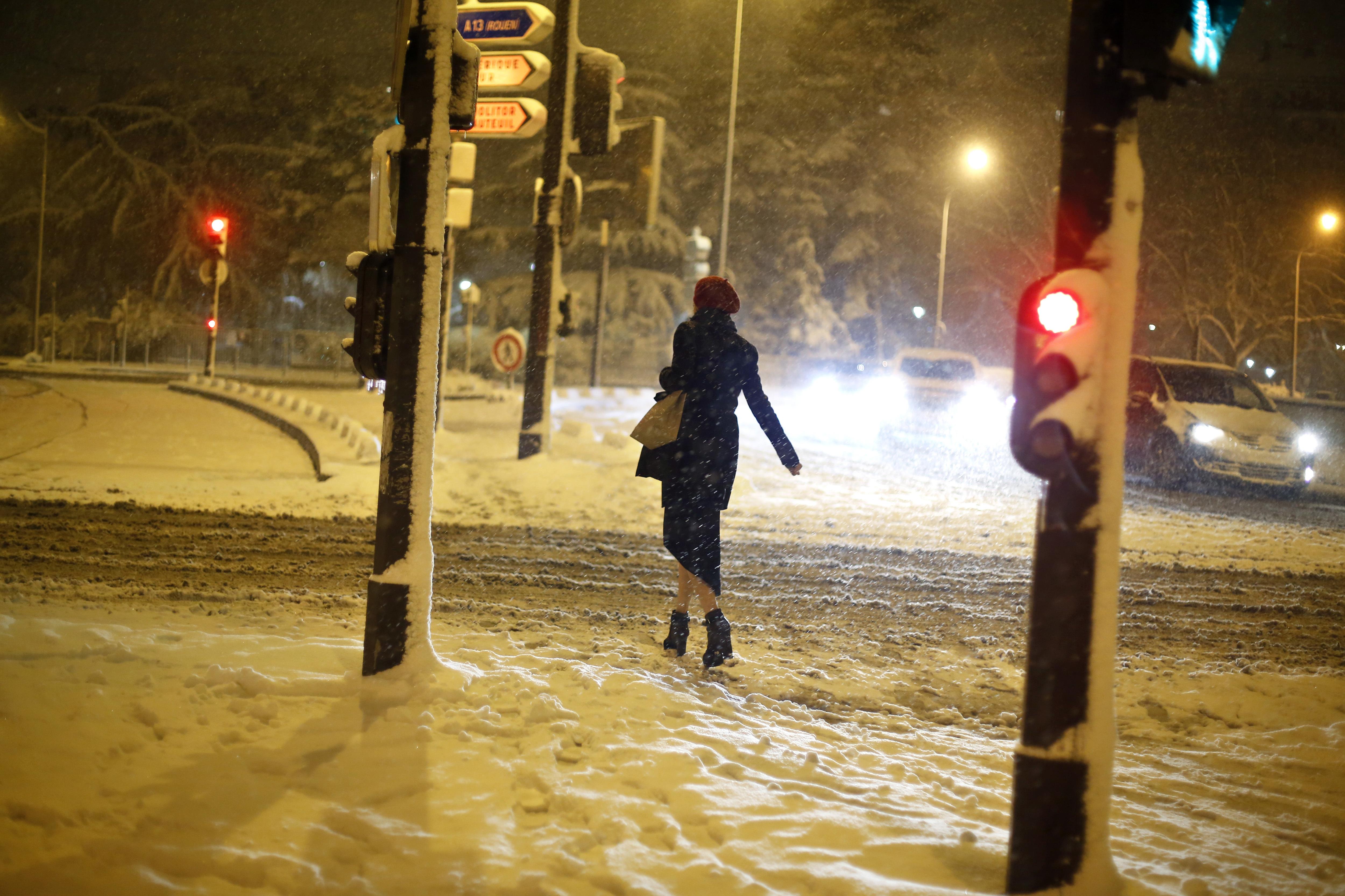 Una mujer camina en la nieve en París (AP/Thibault Camus)