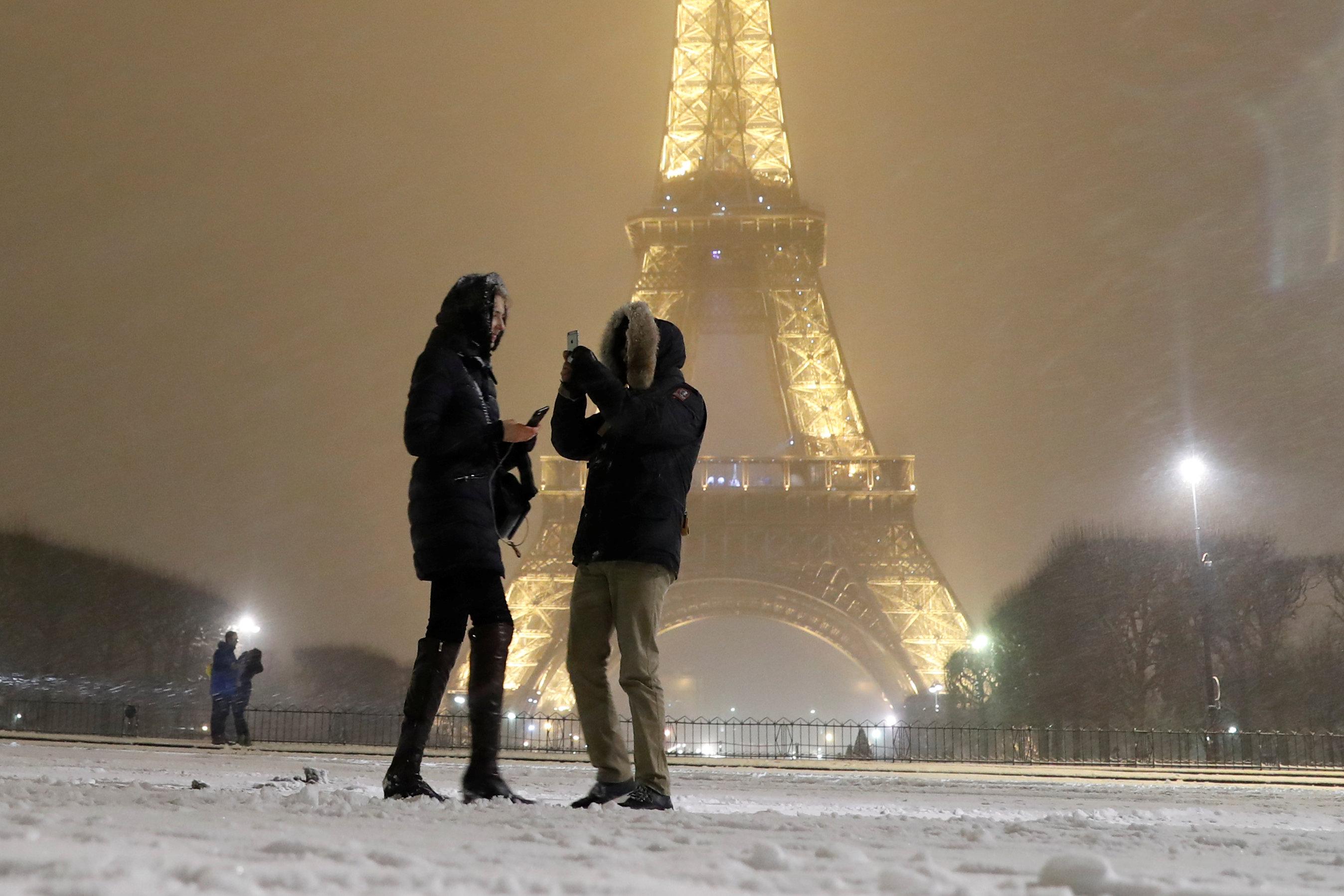 Ni las fuertes nevadas impiden que los turistas obtengan su foto con la torre.