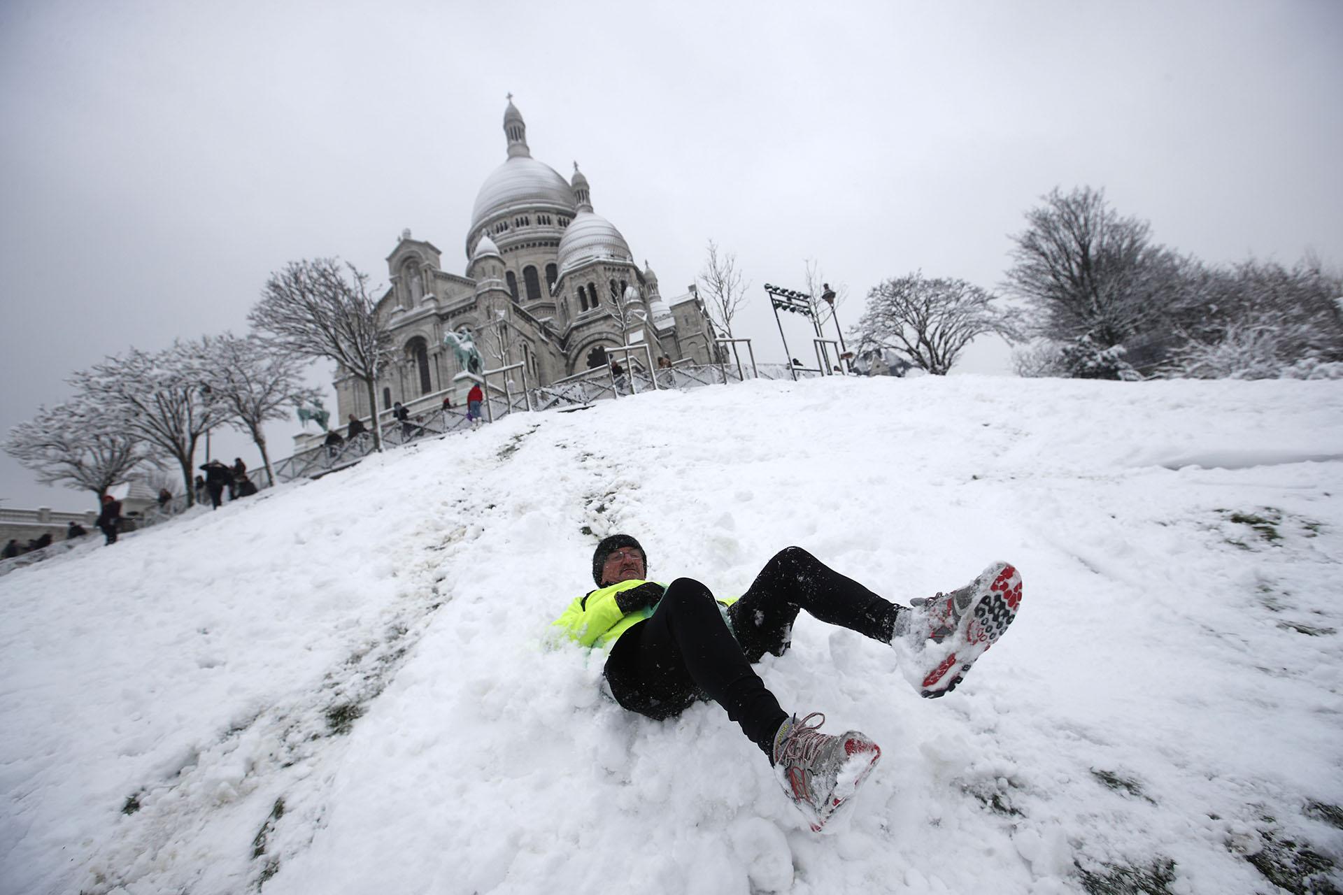 Un esquiador en Montmartre, con basílica del Sagrado Corazón detrás