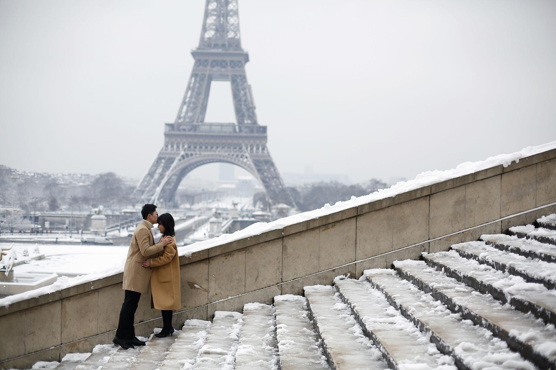 Dos enamorados aprovechan un paisaje único