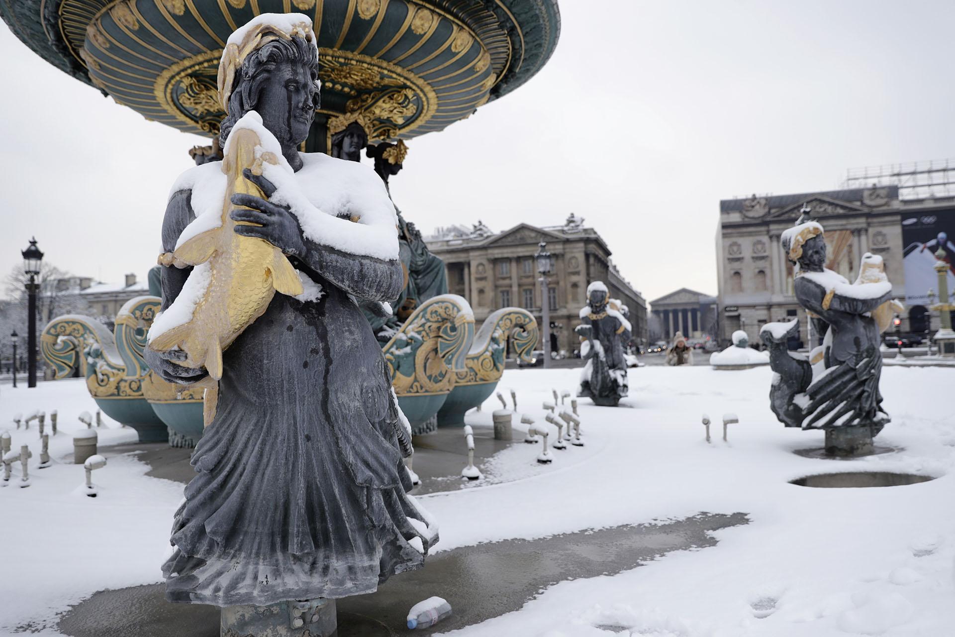 La Plaza de la Concordia, con sus fuentes cubiertas de nieve
