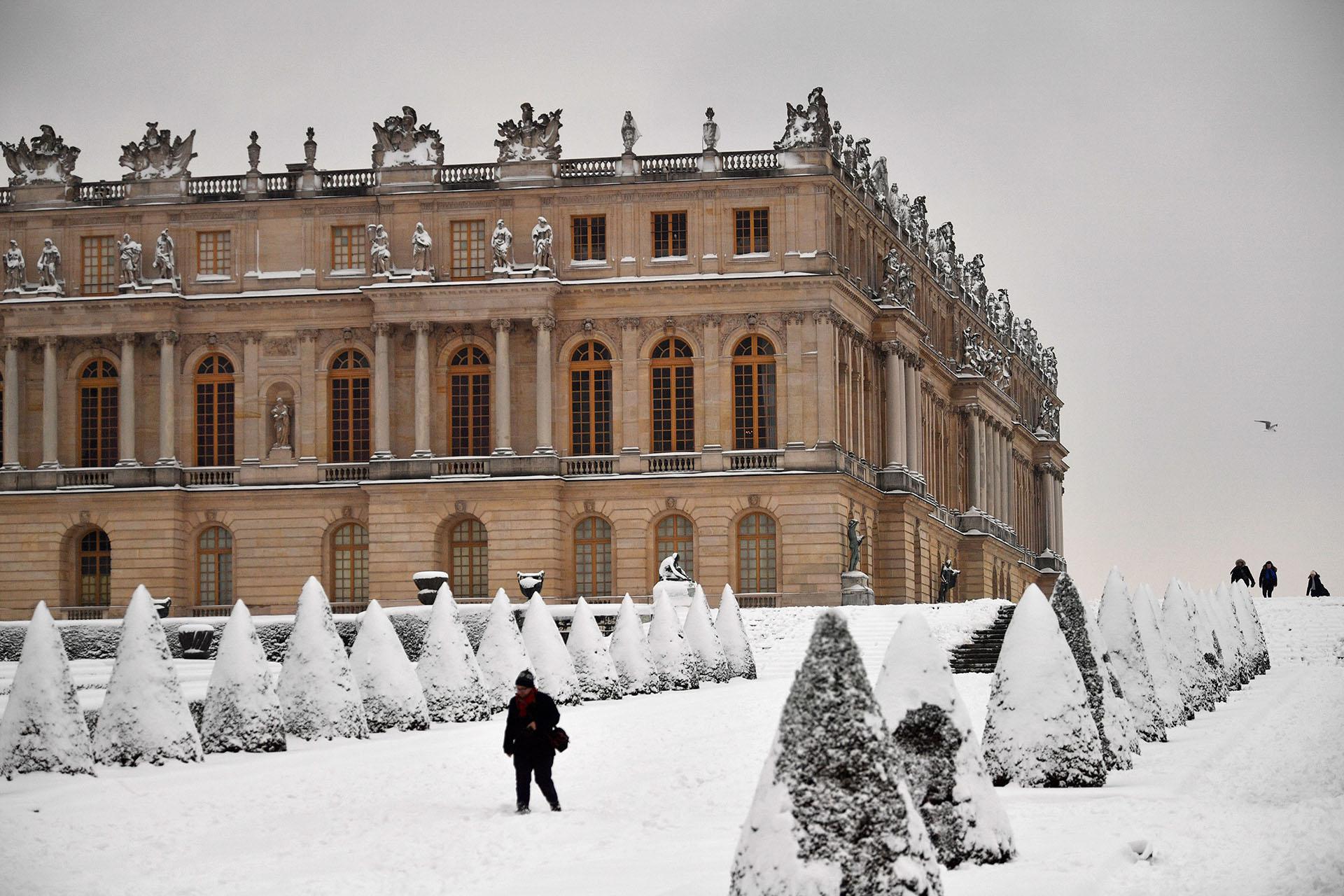 El Palacio de Versailles, con sus tradicionales jardines cubiertos de blanco