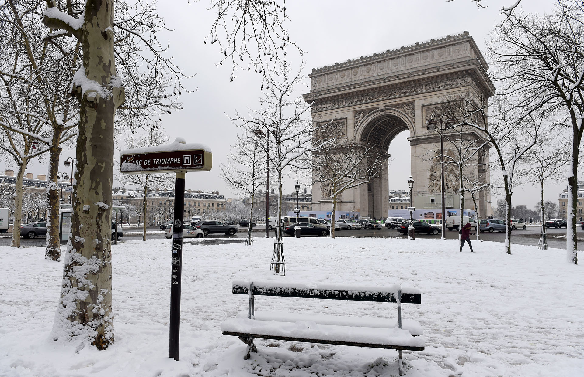 El Arco de Triunfo, en otra postal parisina que muestra un inusual color blanco