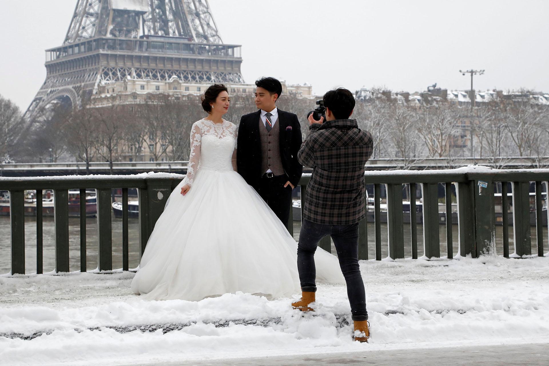 Las fotos con la Torre son una obligación en cualquier álbum de boda parisino.