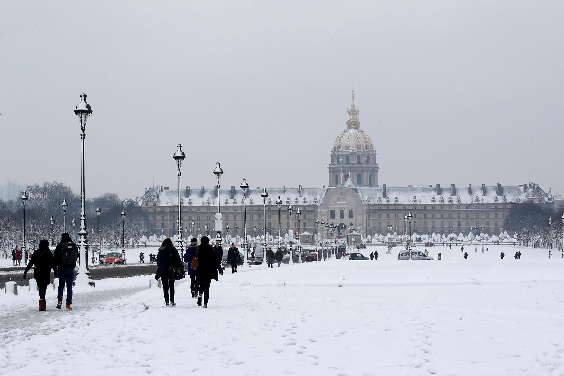 La explanada de los inválidos, con turistas a pesar de la nieve