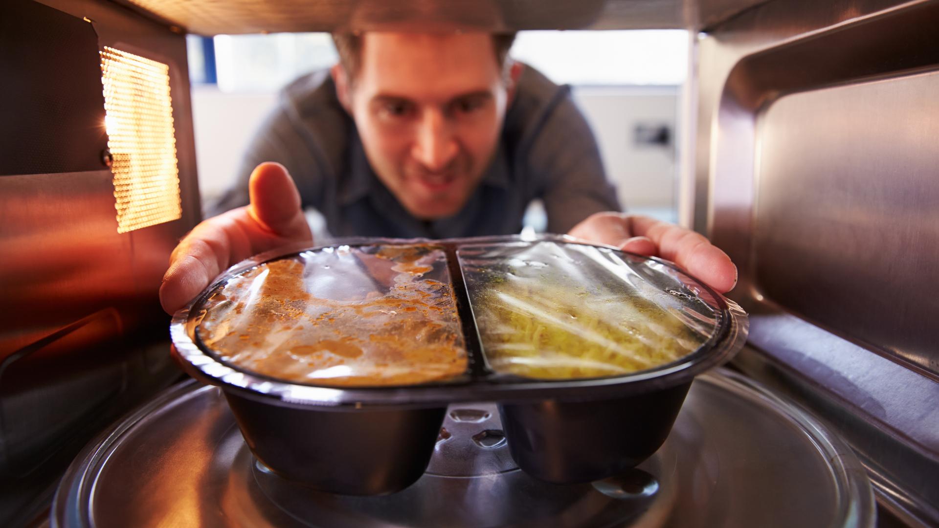 Estudios revelaron que la vitamina C no se pierde únicamente en el microondas, sino que se pierde cuandoal recibir calor(Getty Images)