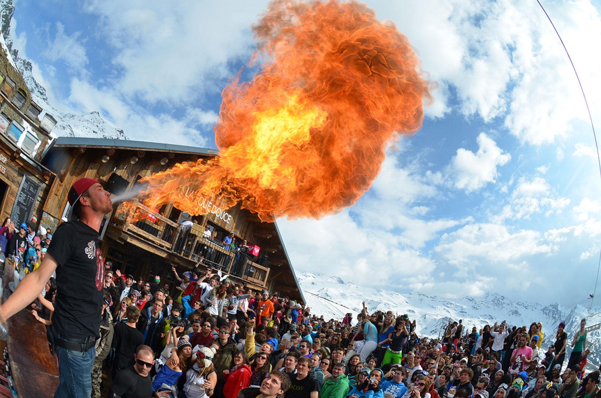 """Miles de personas se reúnen en """"La Folie"""" para unas memorables fiestas """"after-ski""""."""