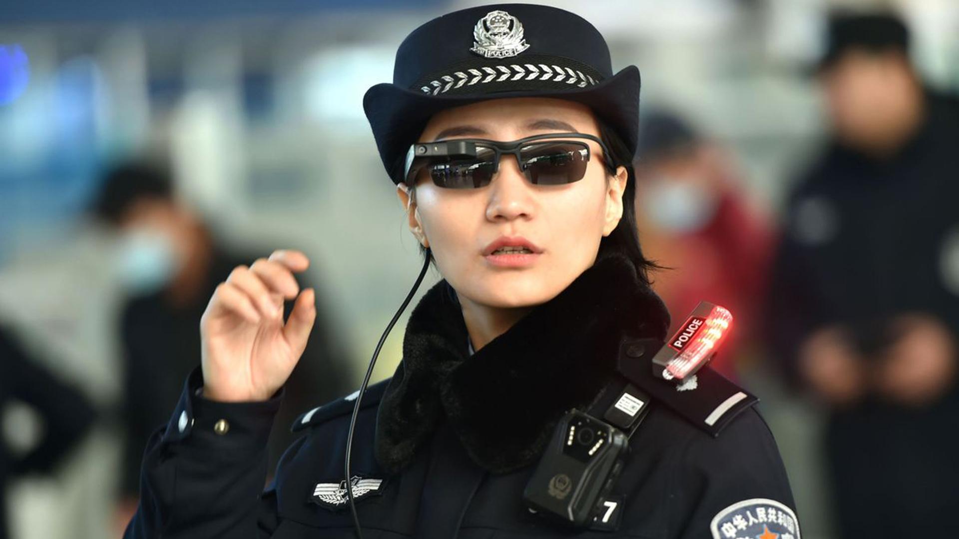 Una agente de policía china utilizando lentes con tecnología de reconocimiento facial.