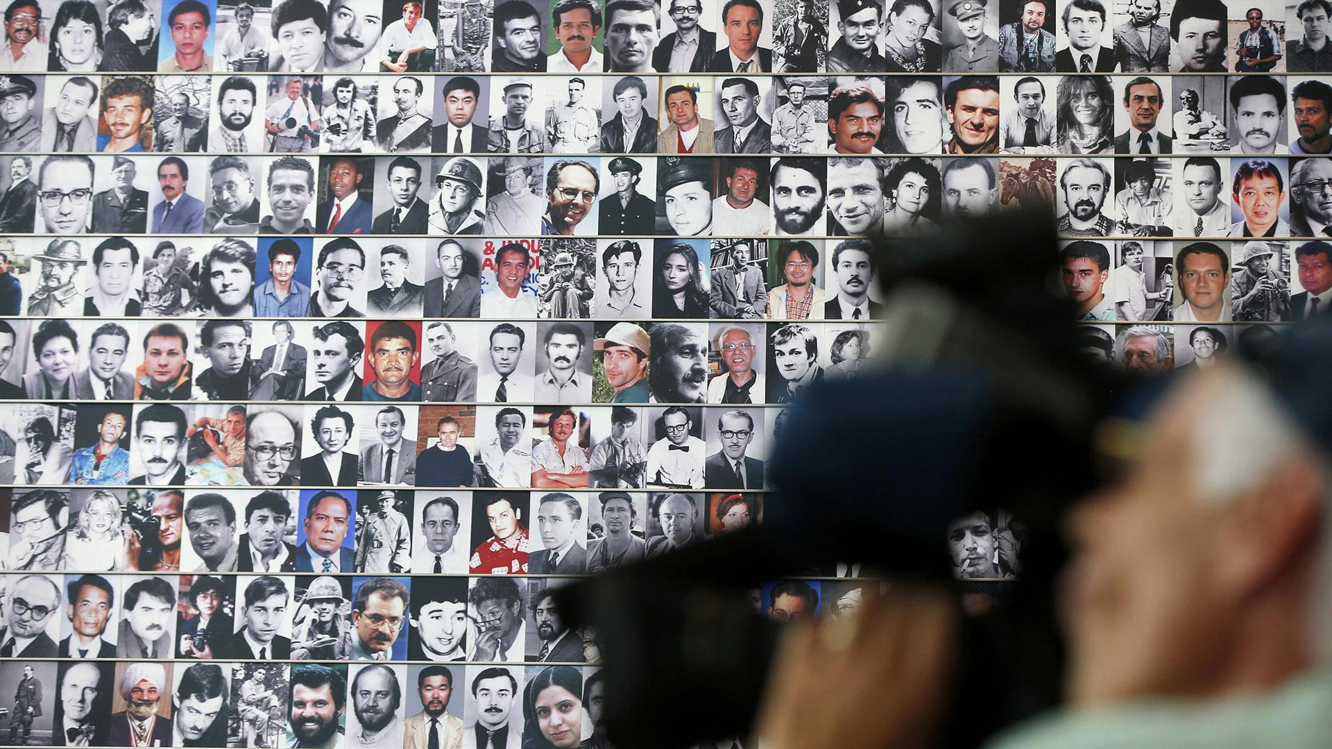 Una pared cubierta de fotos de periodistas asesinados por informar, en el Newseum de Washington DC (AP Photo/Charles Dharapak)