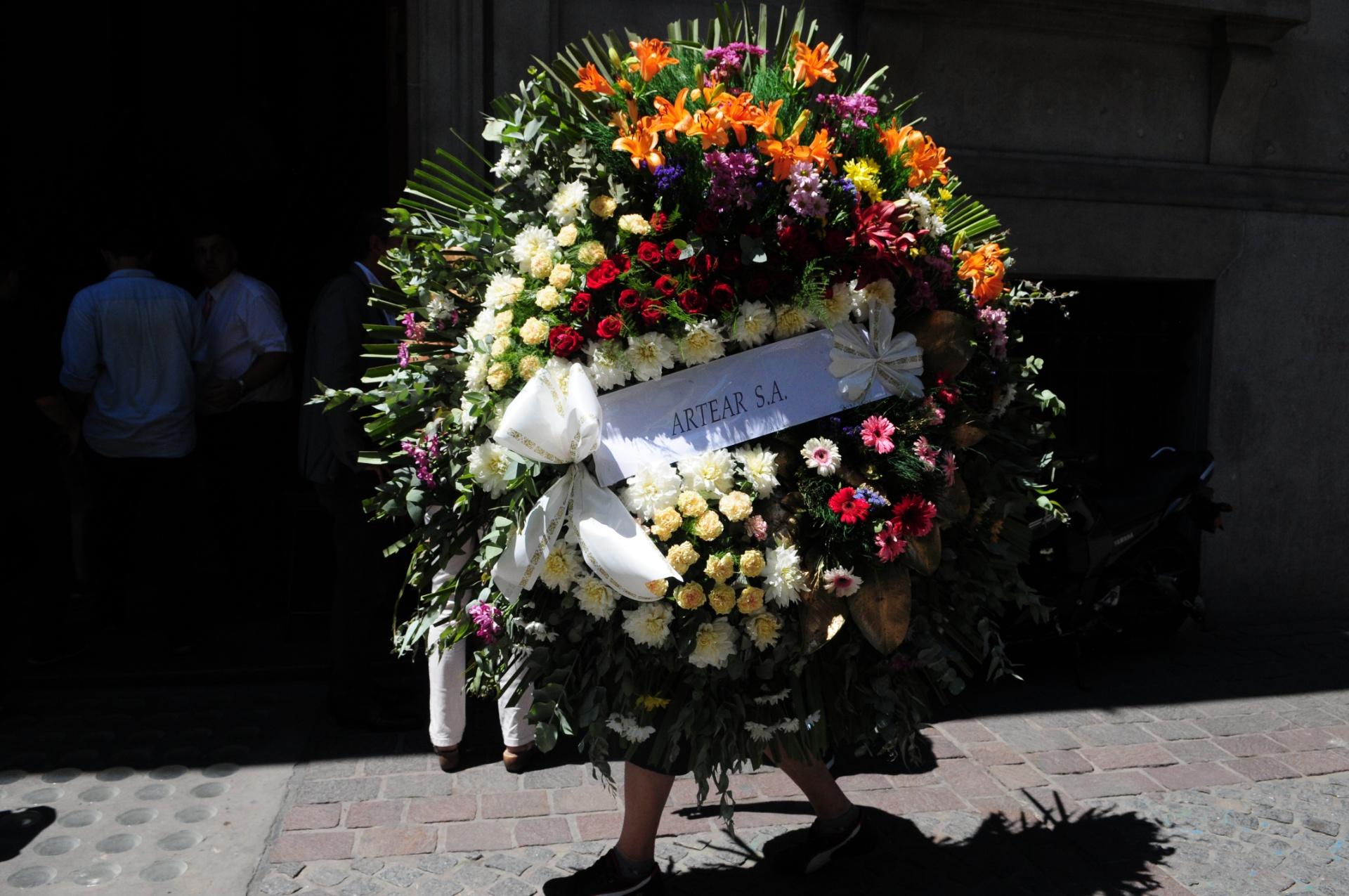 La corona de flores de Artear, la empresa que tiene la licitación de Canal 13
