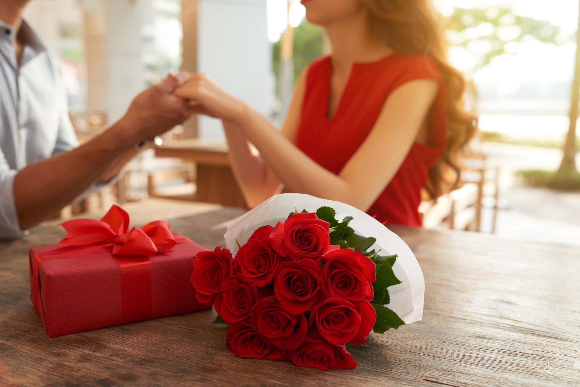 Regalar flores es hasta nuestros días un gesto universal que refleja sentimientos de amor y amistad (Getty Images)