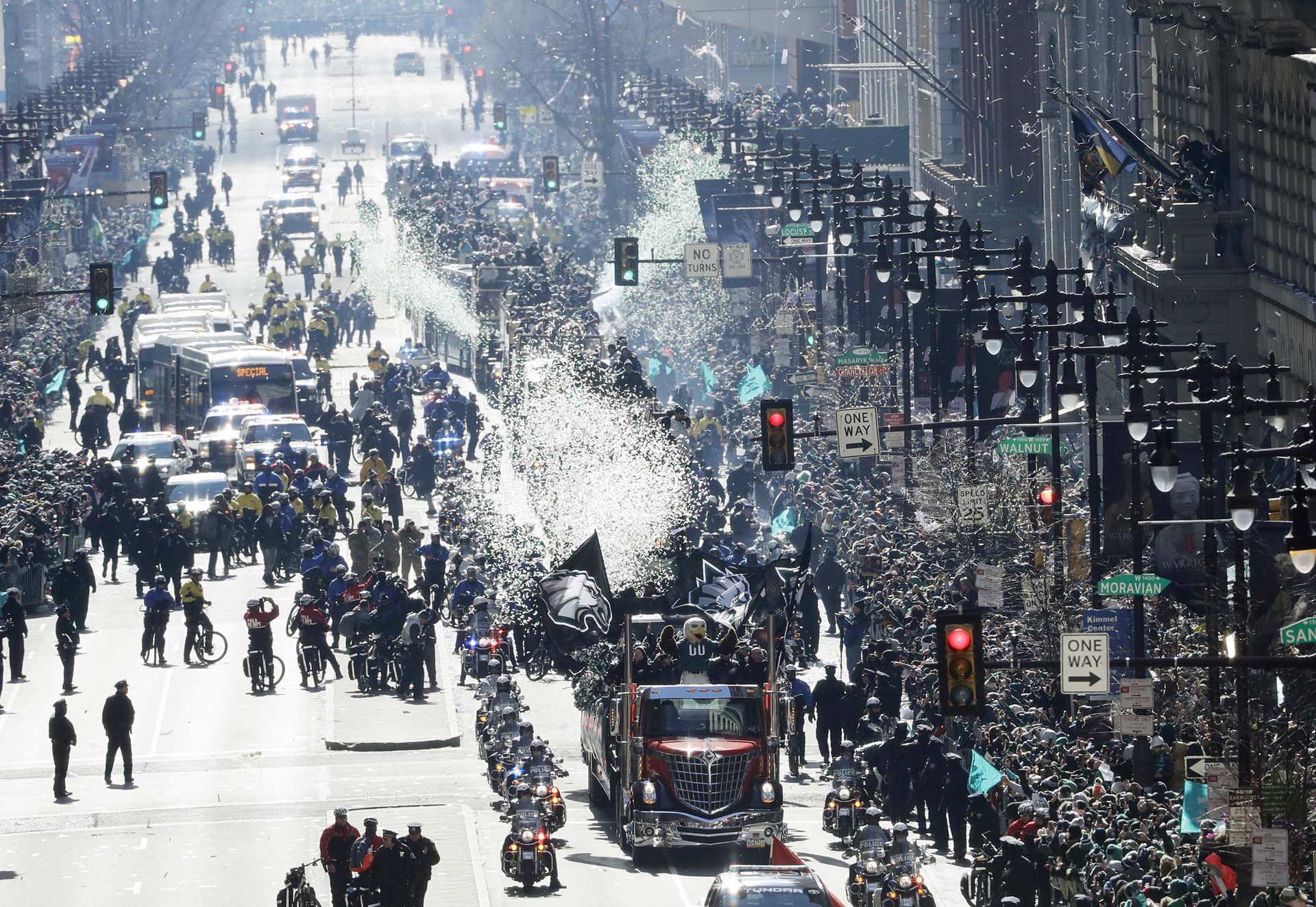 El bus de los Philadelphia Eagles recorre la Broad Street