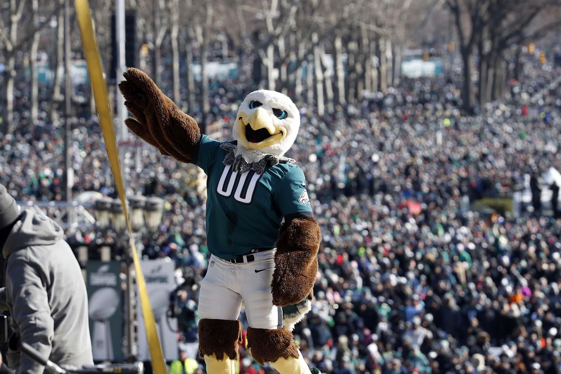 Los aficionados presentes en el desfile también pudieron disfrutar de un momento especial cuando el entrenador en jefe de los Eagles, Doug Pederson, que hizo su debut en el Super Bowl y superó al legendario Bill Belichick, de los Patriots, decidió bajarse del autobús para generar otra sorpresa