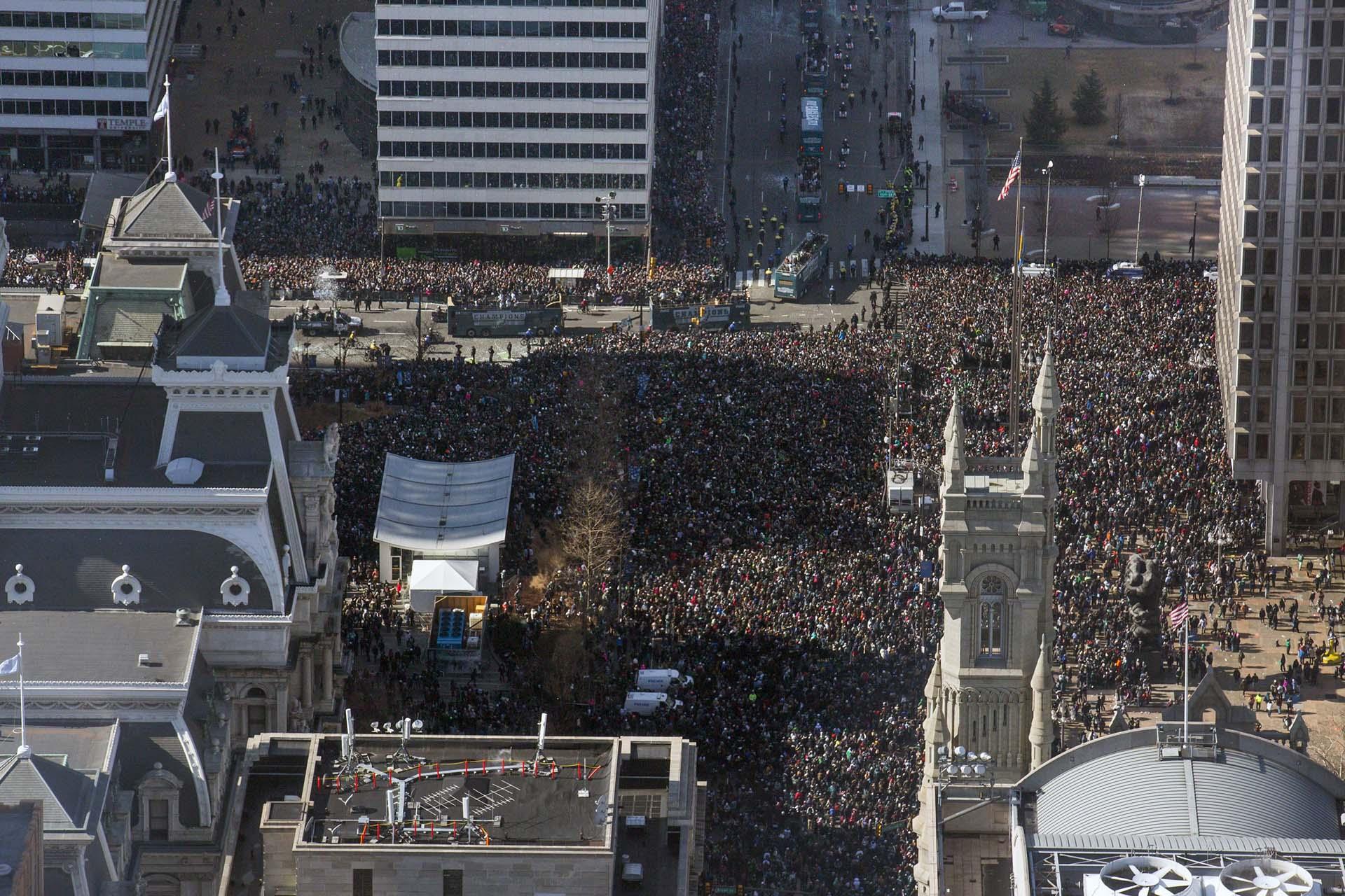 Los organizadores confirmaron que esperaban a más de dos millones de personas, las que salieron a las calles de Filadelfia para participar en la celebración del desfile