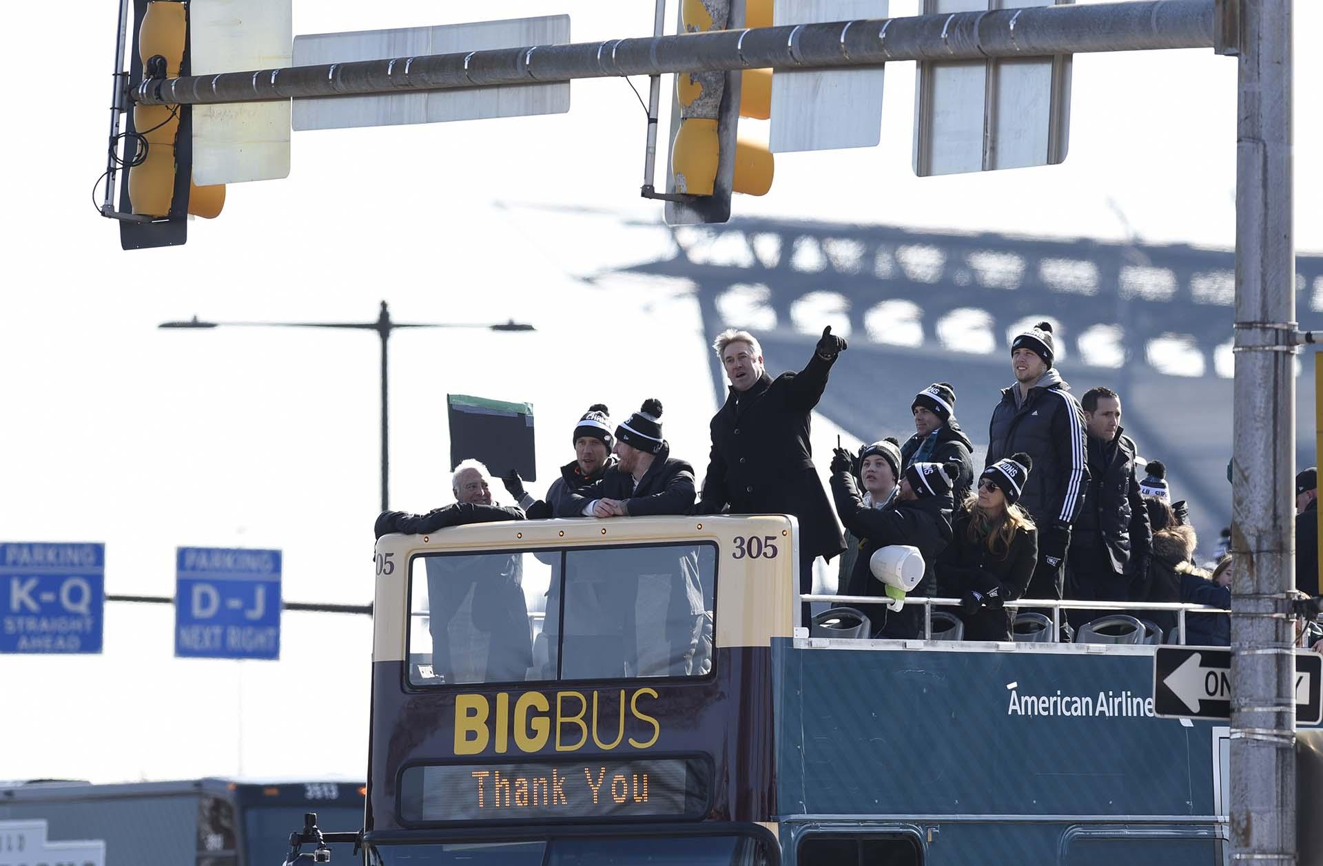 Junto a Lurie, en el mismo autobús que encabezó el desfile, también se encontraban los mariscales de campo Nick Foles, Carson Wentz y Nate Sudfeld