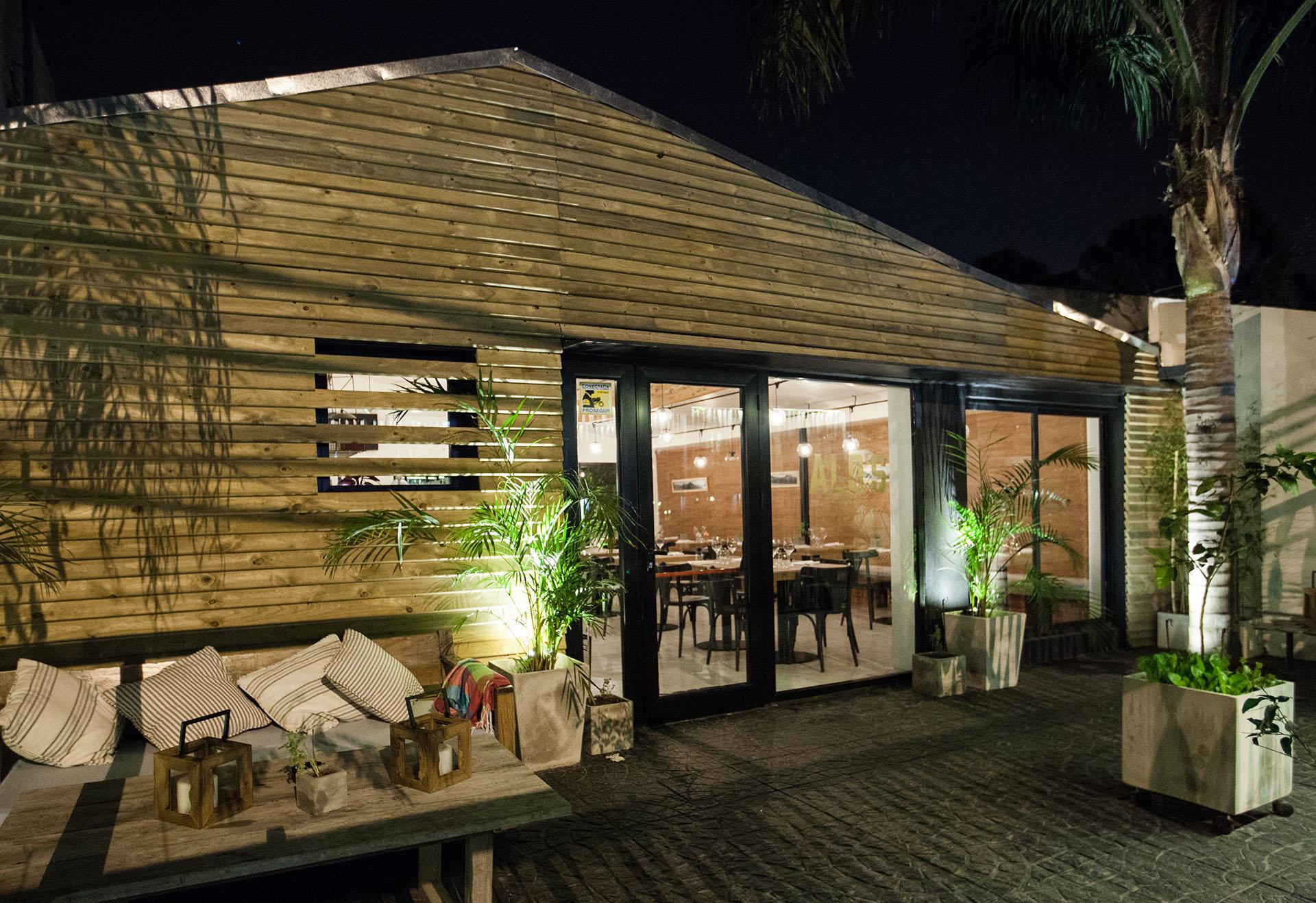 La ambientación y diseño de Alo's combina madera, hierro, piedra y cemento