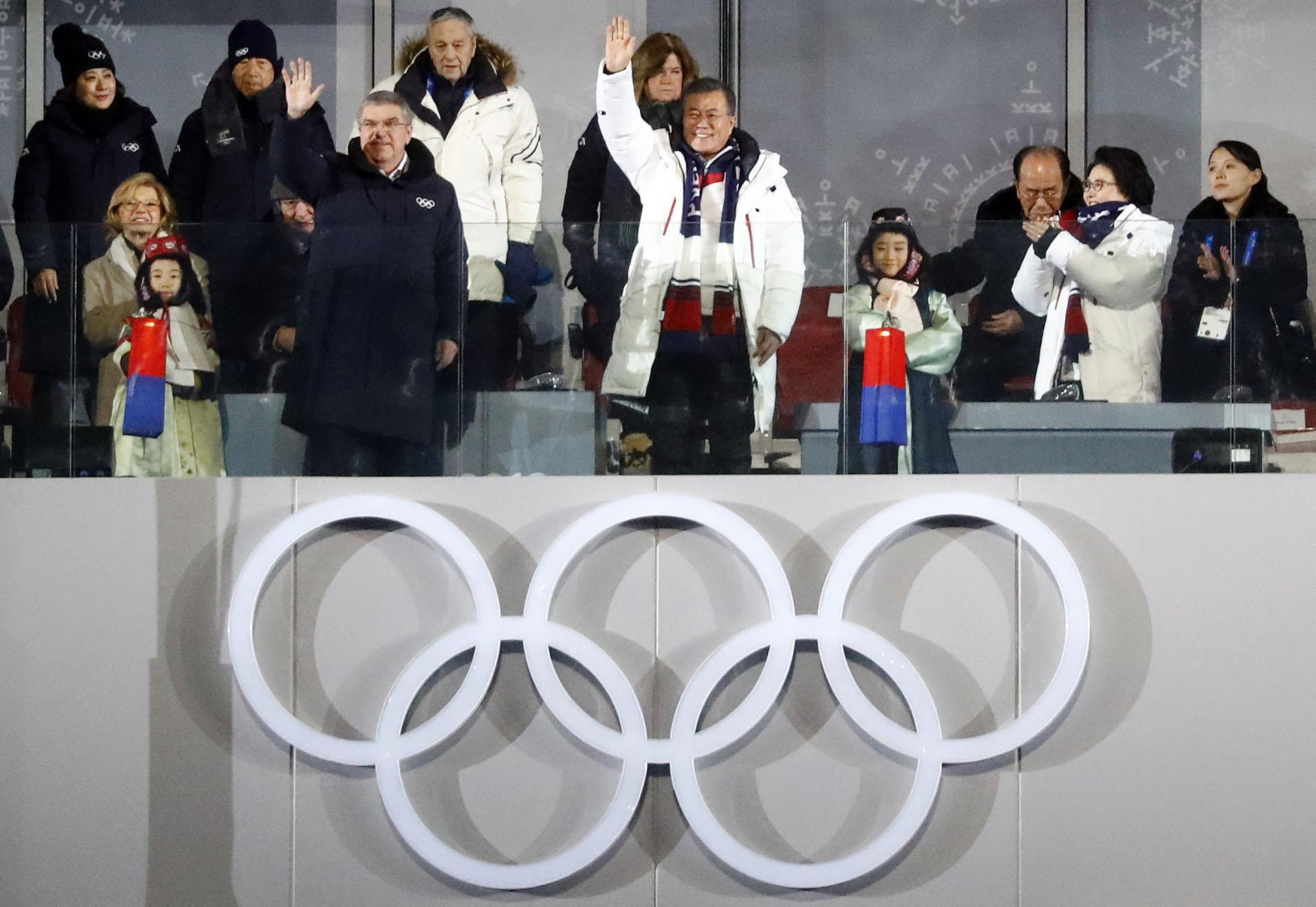 """El saludo inicial de Moon Jae-in en el palco oficial. En el extremo derecho, """"la princesa Yo-jong"""", como se la conoce a la hermana del dictador de Corea del Norte"""