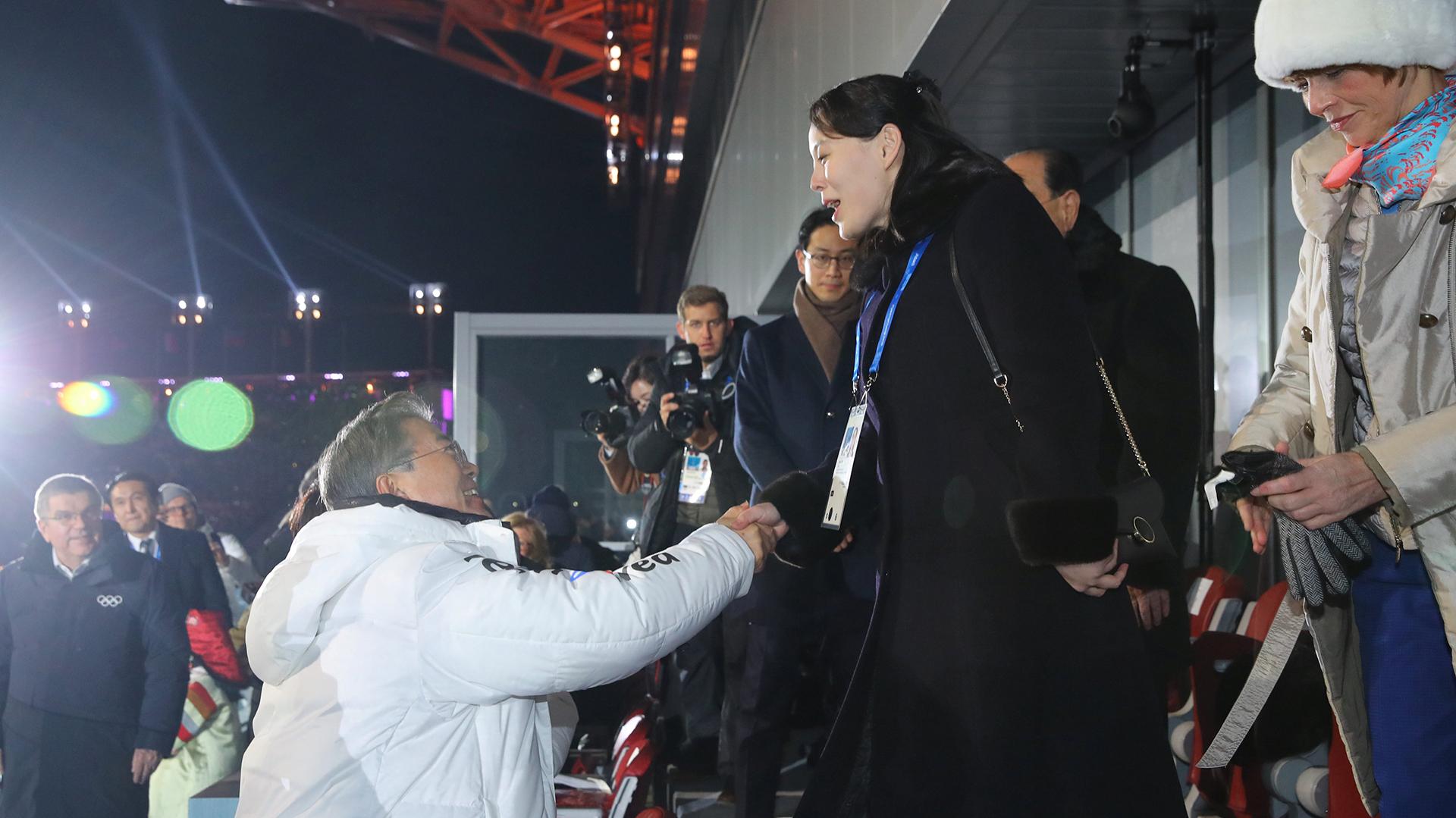 Momento histórico en el palco oficial del estadio en el que se celebró la ceremonia inaugural de los JJOO de Invierno: el presidente surcoreano Moon Jae-in saluda a Kim Yo-jong, hermana del dictador norcoreano Kim Jong-un