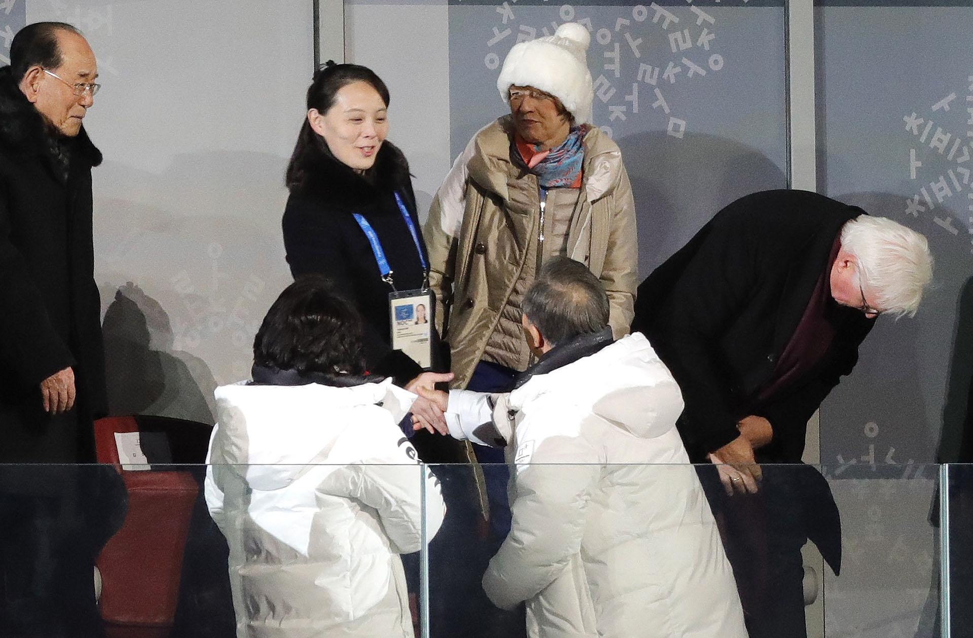 Otra toma del momento más esperado en el palco oficial. Observan a la izquierda Kim Yong-nam, jefe de Estado norcoreano, y debajo Kim Jung-sook, esposa del presidente surcoreano
