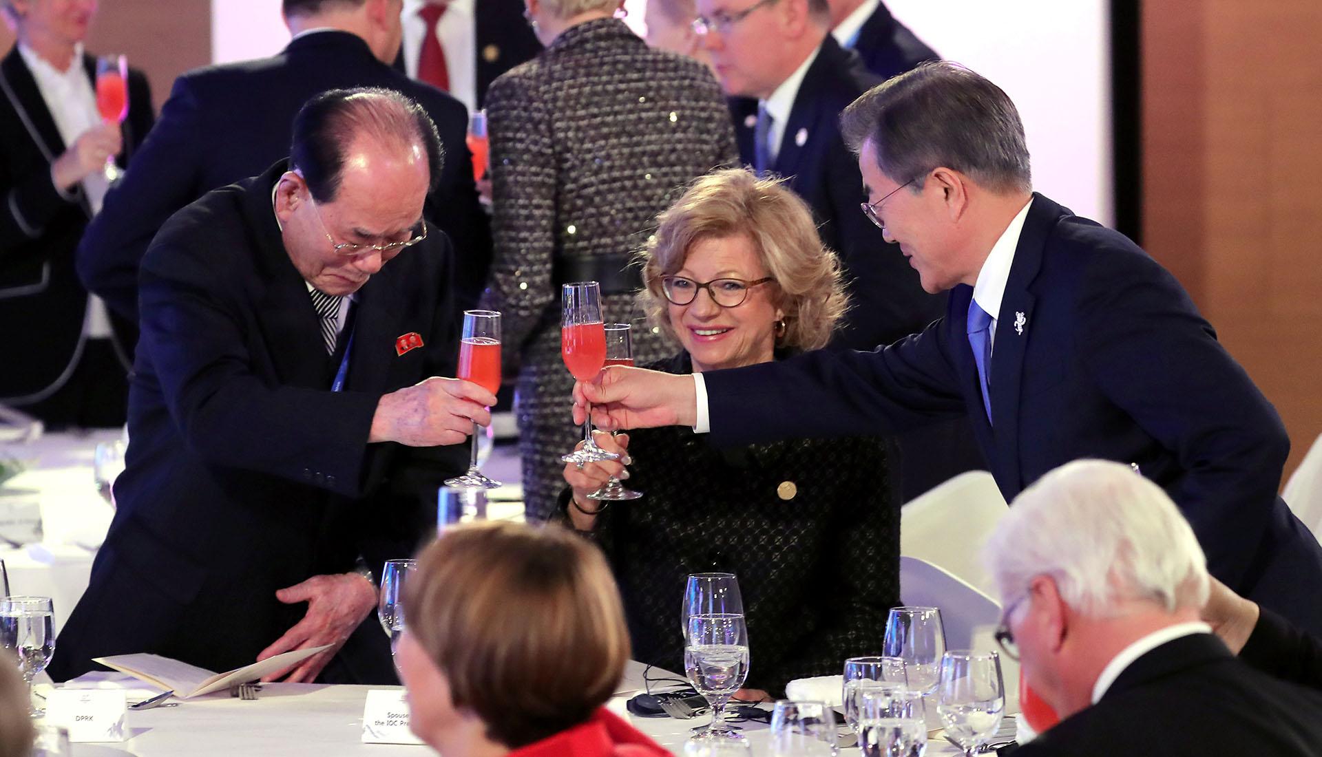 Brindis por la paz. El presidente Moon Jae-in choca su copa con la de Kim Yong Nam, presidente de la Asamblea Suprema del Pueblo de Corea del Norte en la inauguración de los Juegos Olímpciso de Invierno