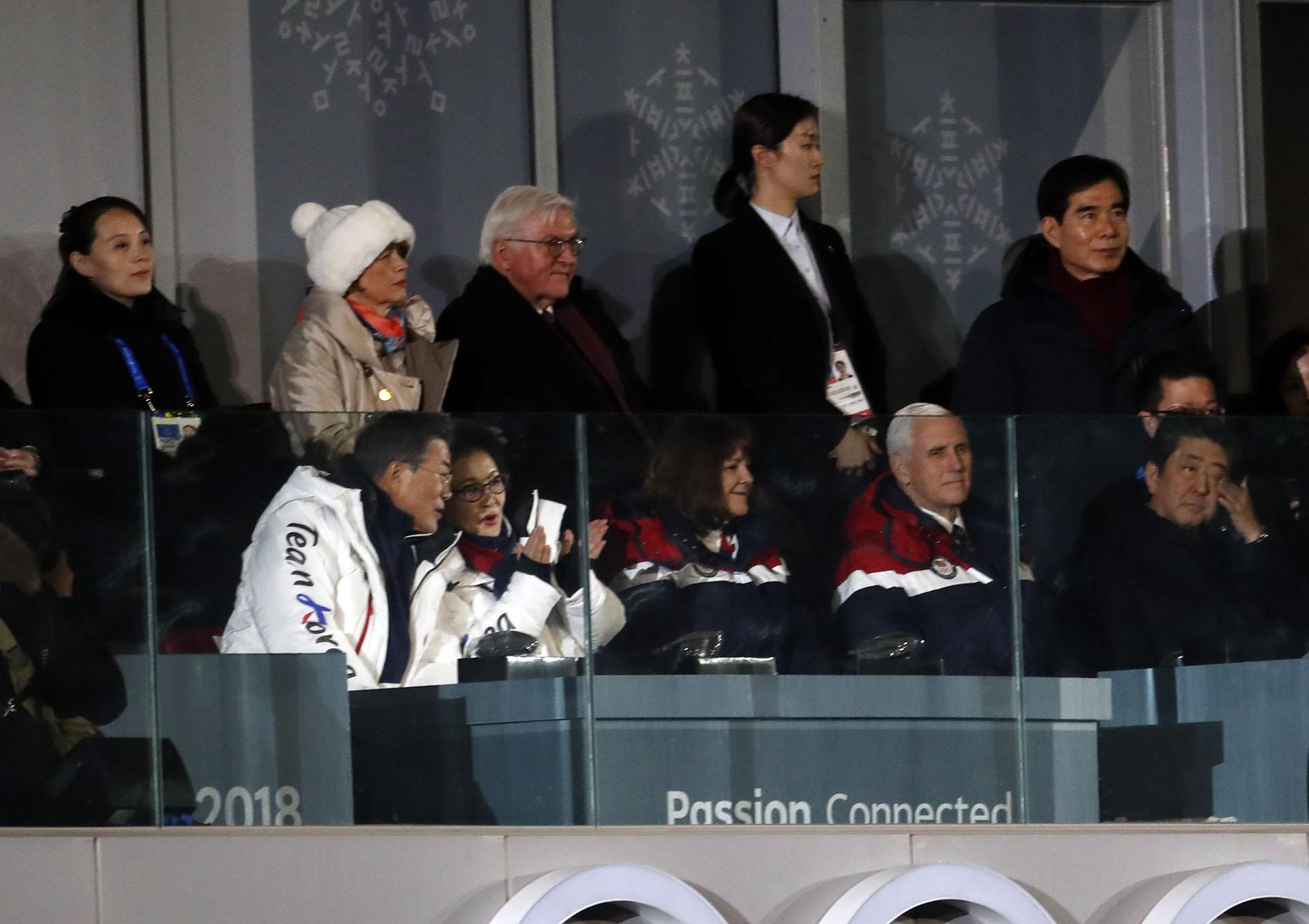 En el mismo cuadro aparecen Kim Yo-jong (arriba a la izquierda), hermana del dictador norcoreano Kim Jong-un; el presidente de Corea del Sur,Moon Jae-in (debajo, a la izquierda); el vicepresidente de los Estados Unidos,Mike Pence (segundo de la derecha, debajo);y el primer ministro japonés,Shinzo Abe (abajo a la derecha)