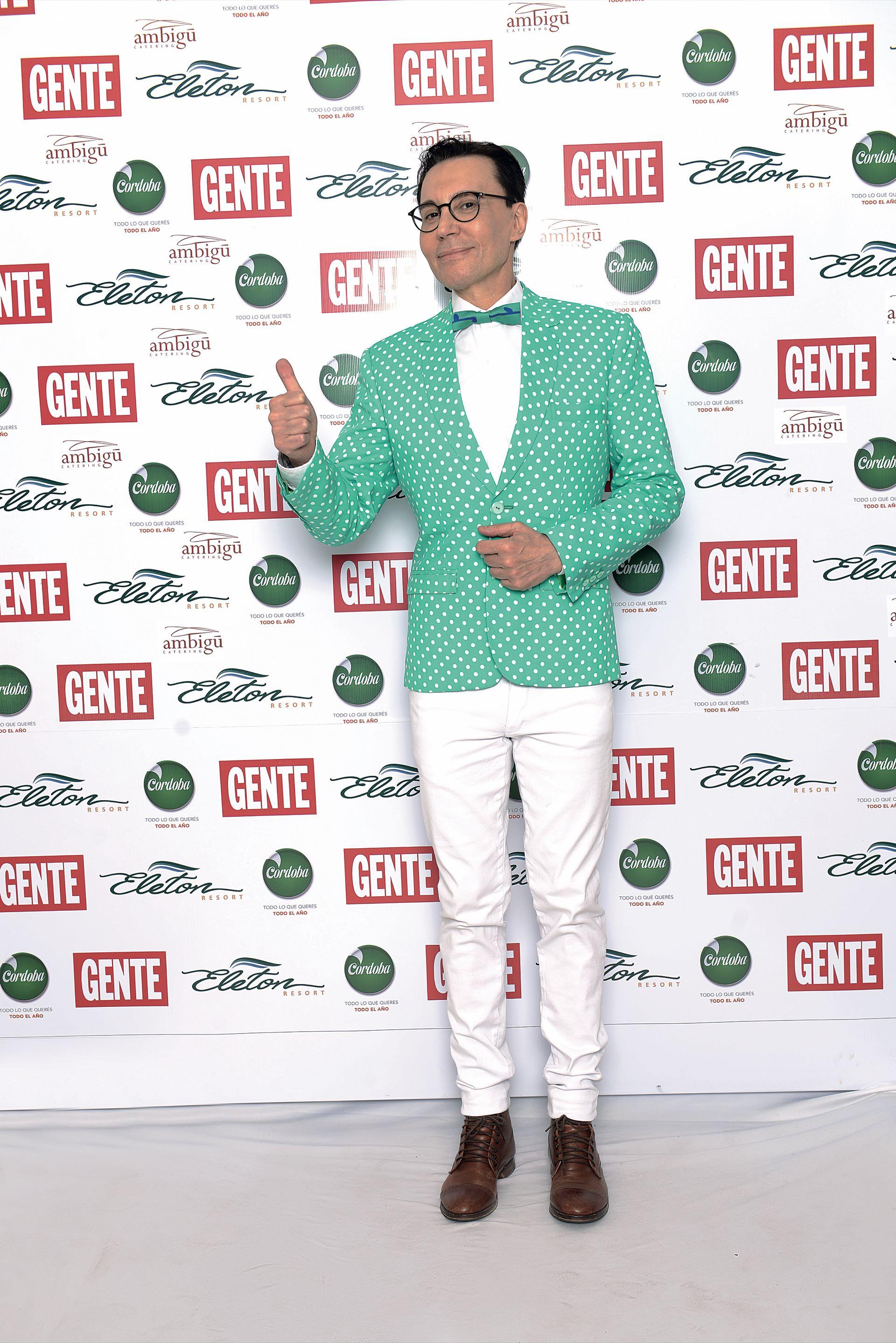 Marcelo Polino, traje de diseño propio con tela verde a lunares de París y moño de Milán. (Foto GENTE)