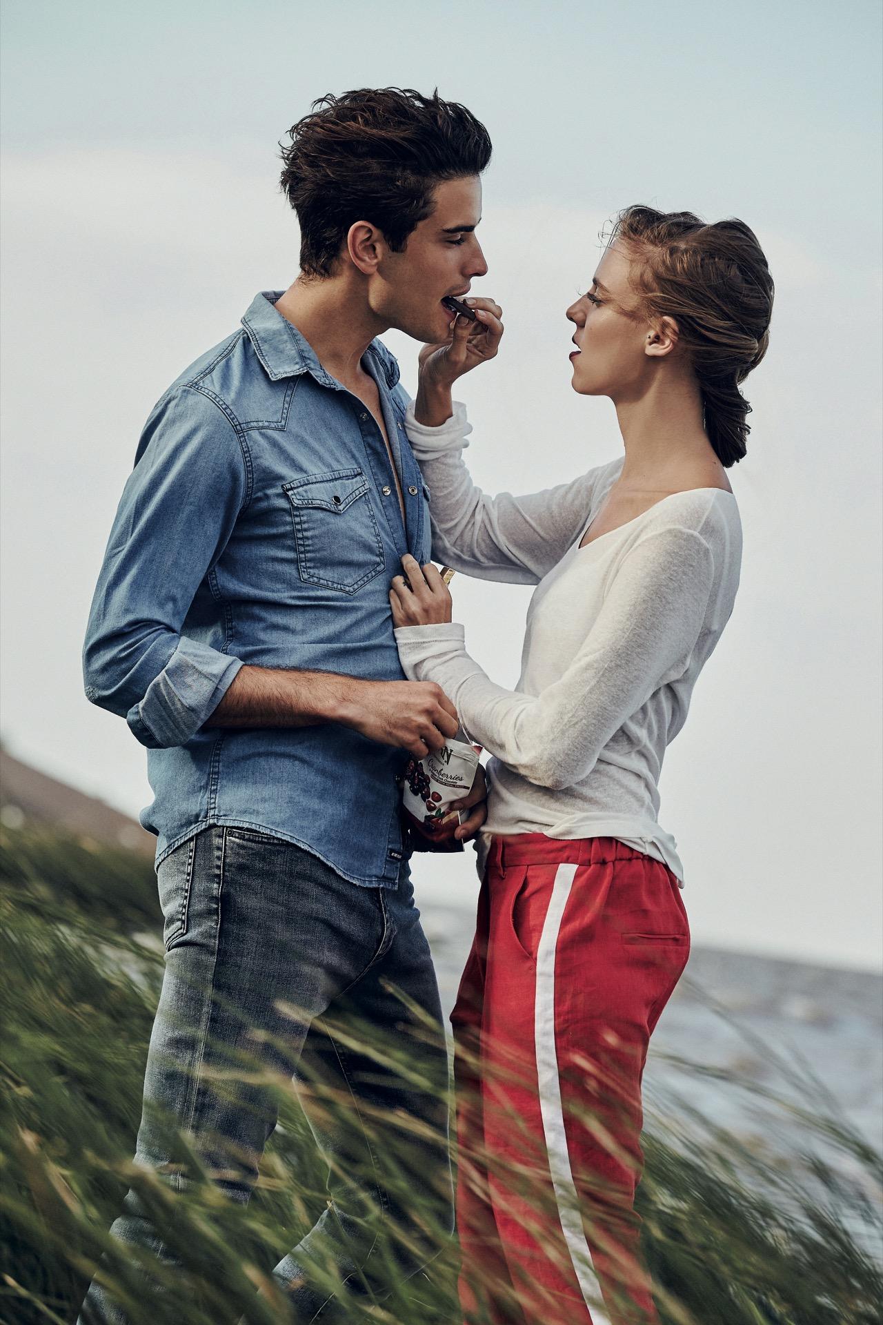 Fede: camisa de jean ($ 1.982, AY Not Dead) y jean ($ 990, Herencia Argentina). Lara: remera de mangas largas y pantalón con raya al costado($ 740 y $ 1.770, Carmela Achaval). (Fotos: Chino Toccalino/ Para Ti)