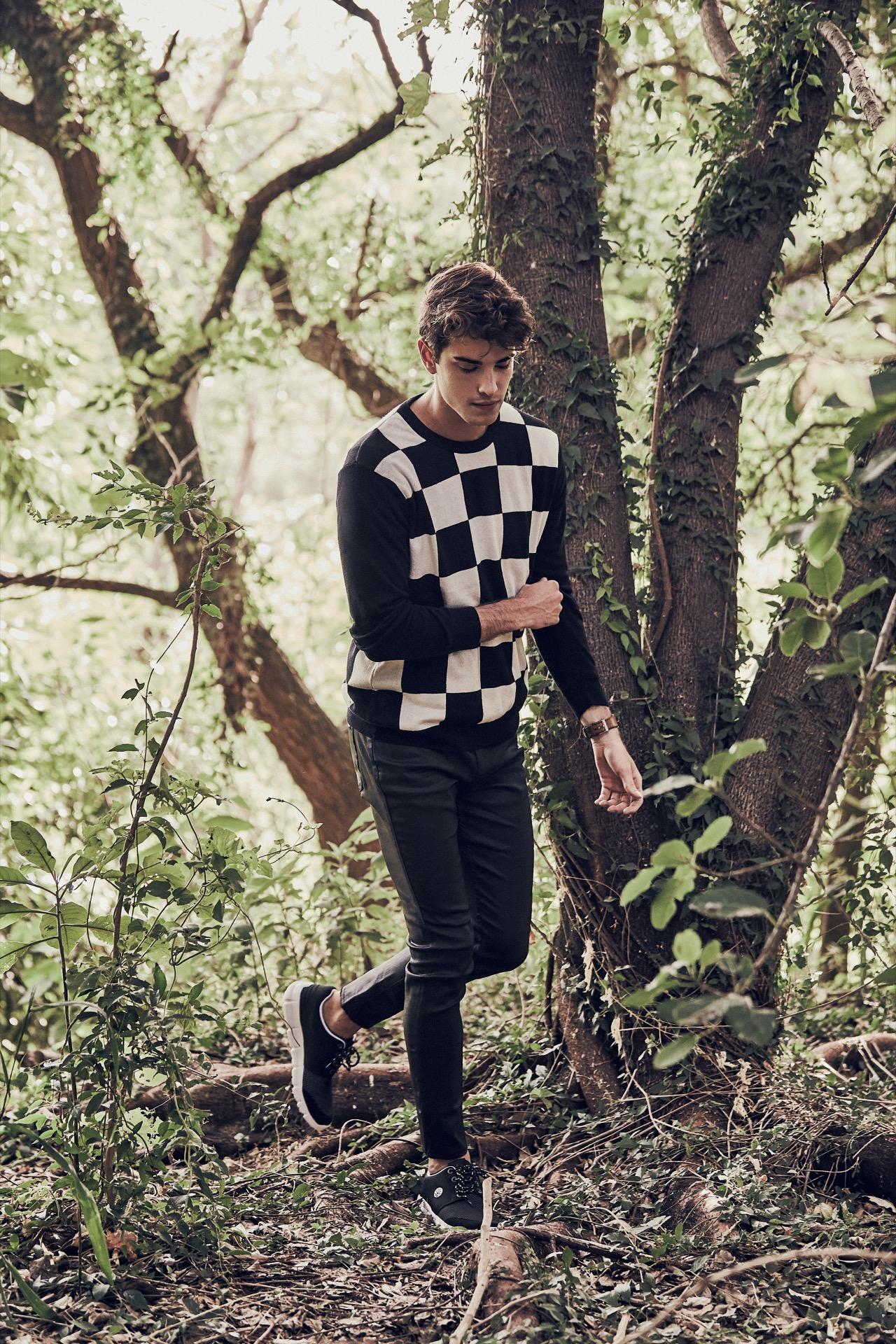 Fede: suéter damero ($ 1.870, Herencia Argentina), jean engomado ($ 2.542, AY Not Dead) y zapatillas ($ 1.046, Kioshi).( Fotos: Chino Toccalino/ Para Ti)