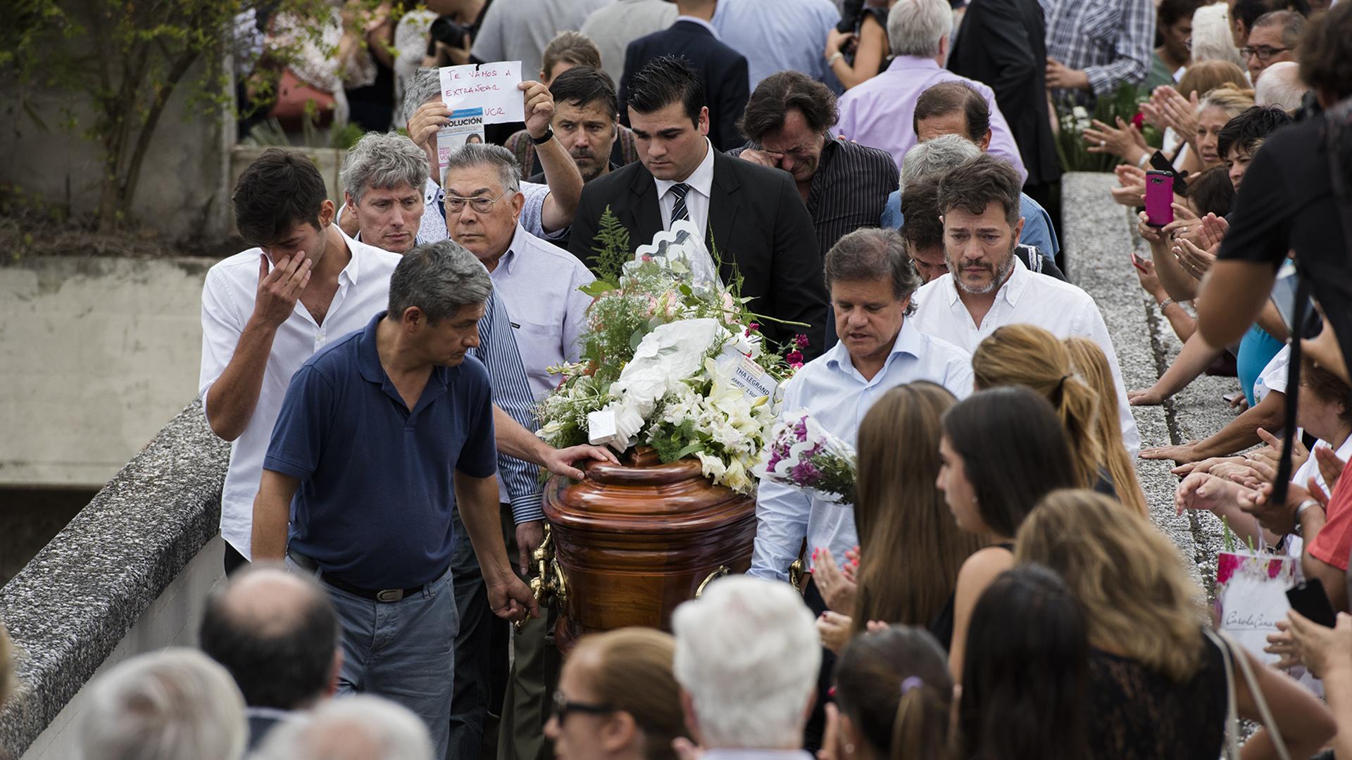 Agustín carga el cajón de su madre en el Cementerio de la Chacarita; a su izquierda, Quique Sacco, quien fuera la pareja de su mamá;atrás, Marcelo Funes, su padre (Adrián Escandar)