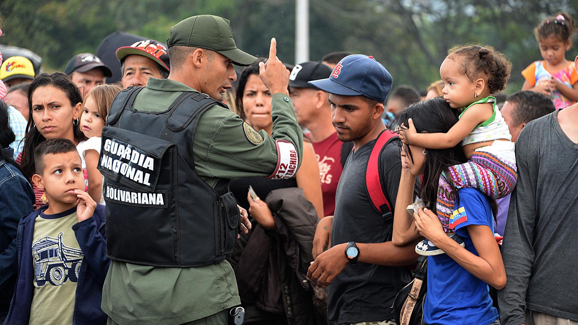 Miles de venezolanos huyen de su país por la crisis (AFP)